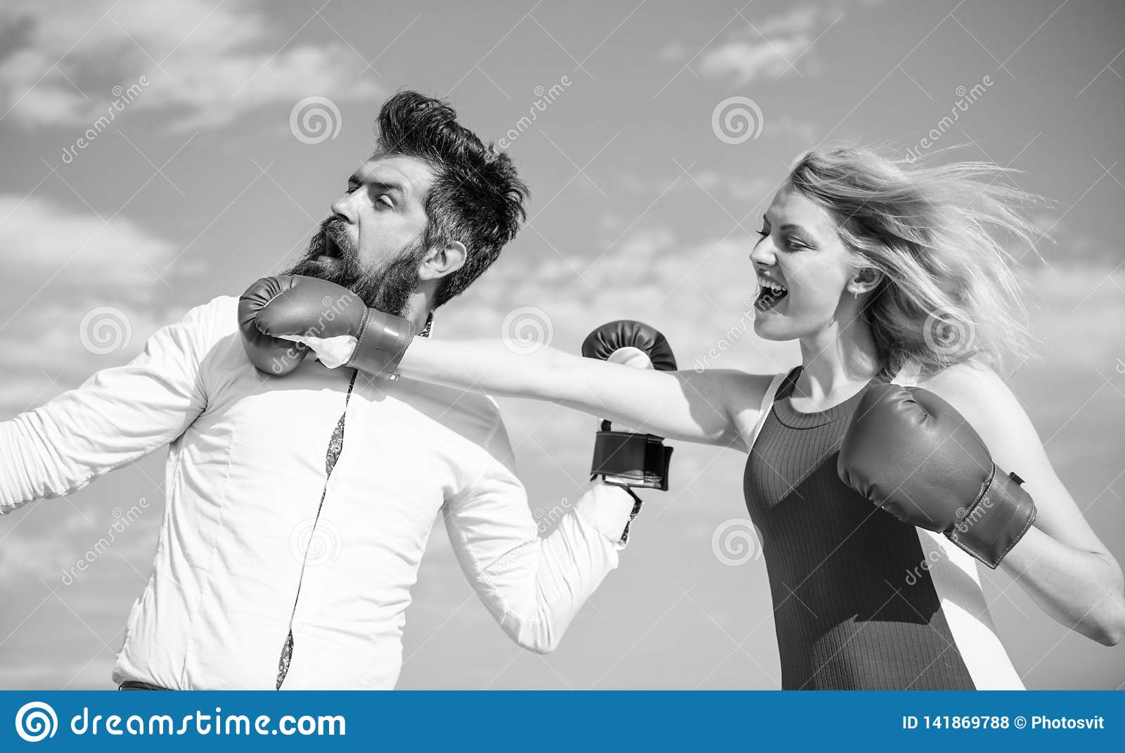 Σχέσεις ως έννοια προσπάθειας Υπόβαθρο μπλε ουρανού εγκιβωτίζοντας γαντιών πάλης ανδρών και γυναικών Υπερασπίστε την άποψή σας μέ
