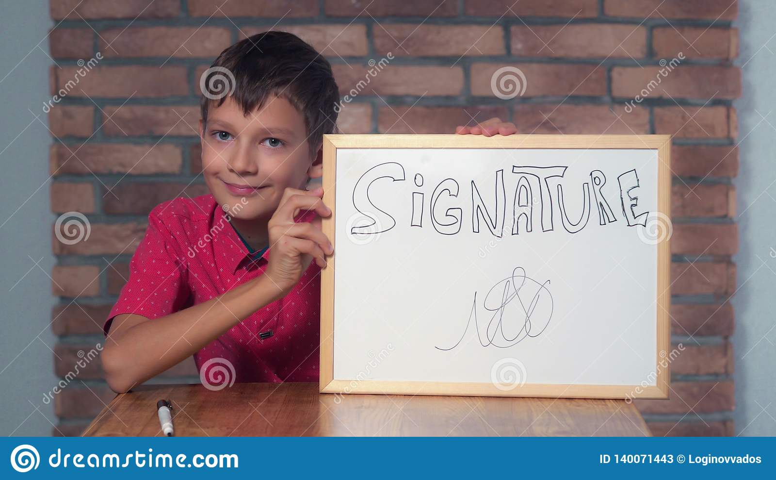 Συνεδρίαση παιδιών στην εκμετάλλευση γραφείων flipchart με το signa εγγραφής