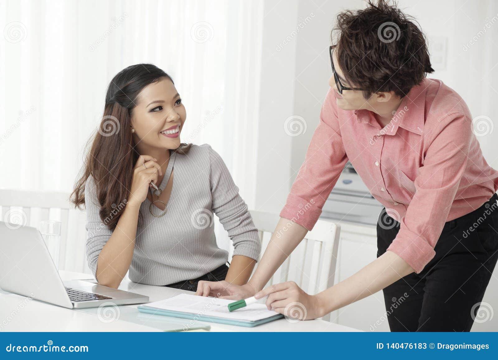 Συνεργαζόμενοι άνδρας και γυναίκα Cheerfu στην αρχή