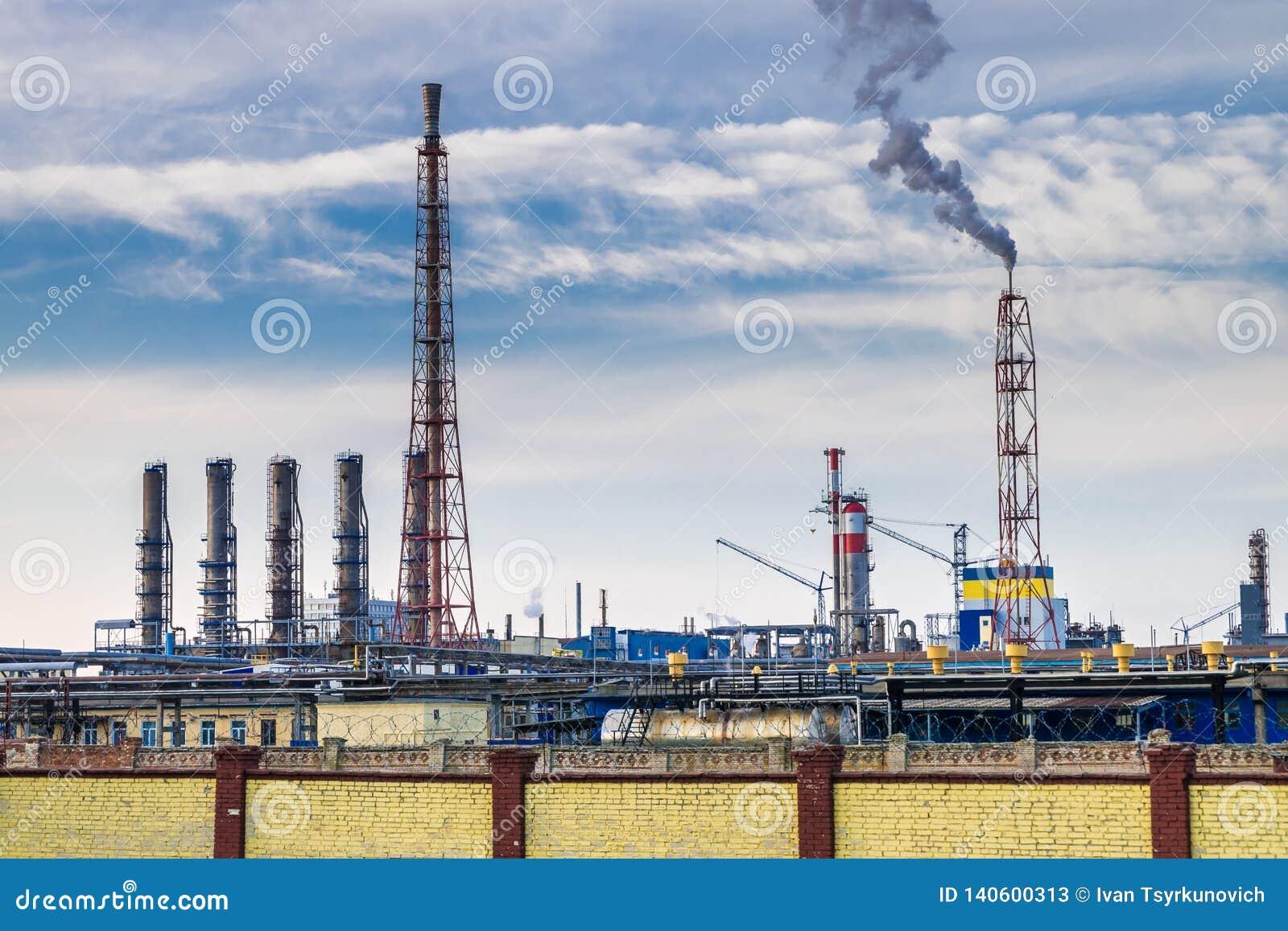 Σωλήνες χημικών επιχειρηματικών εγκαταστάσεων Έννοια ατμοσφαιρικής ρύπανσης Βιομηχανικά απόβλητα ρύπανσης τοπίων περιβαλλοντικά τ