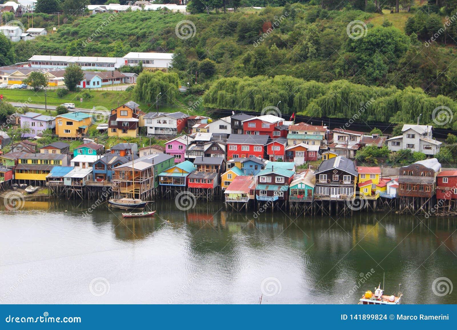 Σπίτια ξυλοποδάρων της μικρής πόλης Castro στο νησί Chiloe στη Χιλή