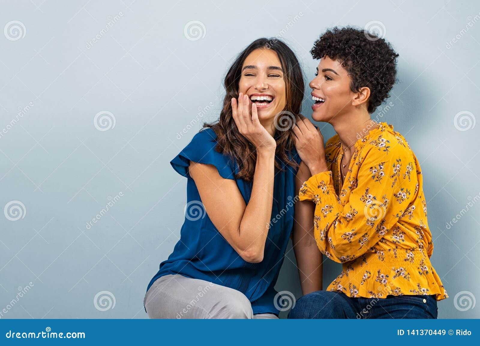 Ψιθύρισμα δύο γυναικών κουτσομπολιού