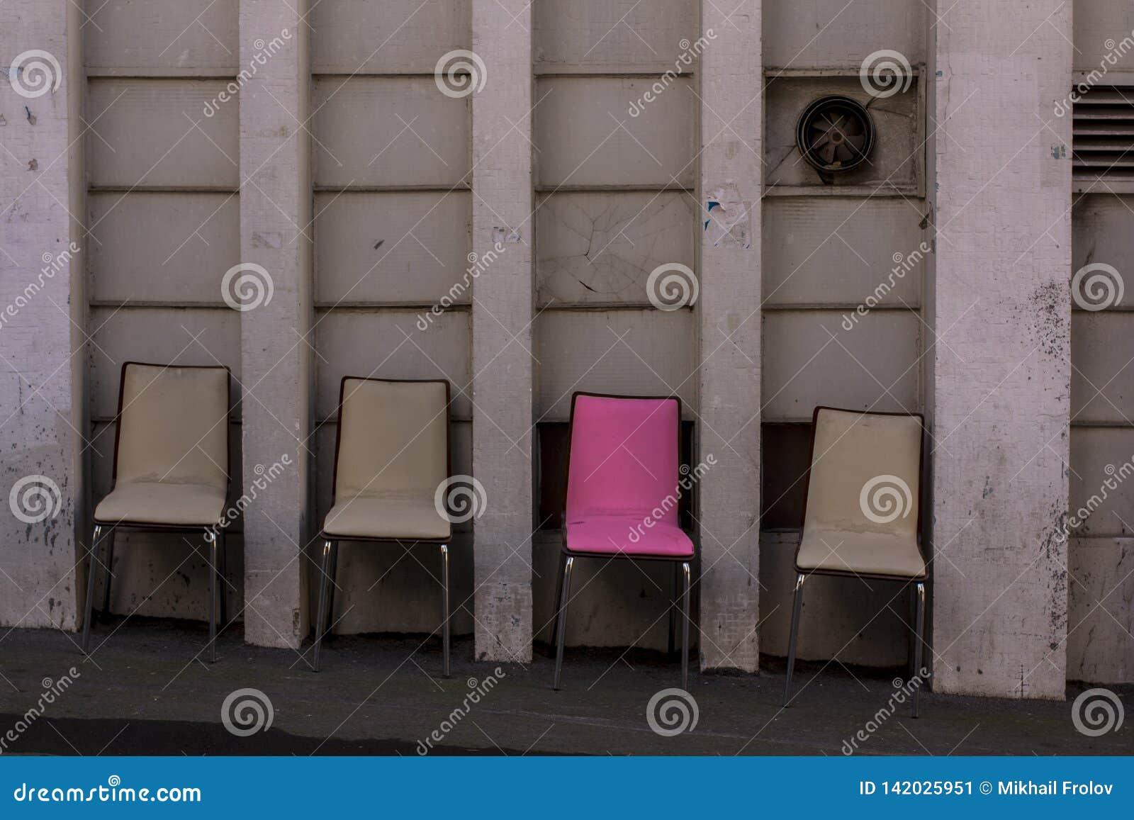 Τέσσερις καρέκλες και κάποια είναι ειδικές Ρόδινη μοναδική καρέκλα