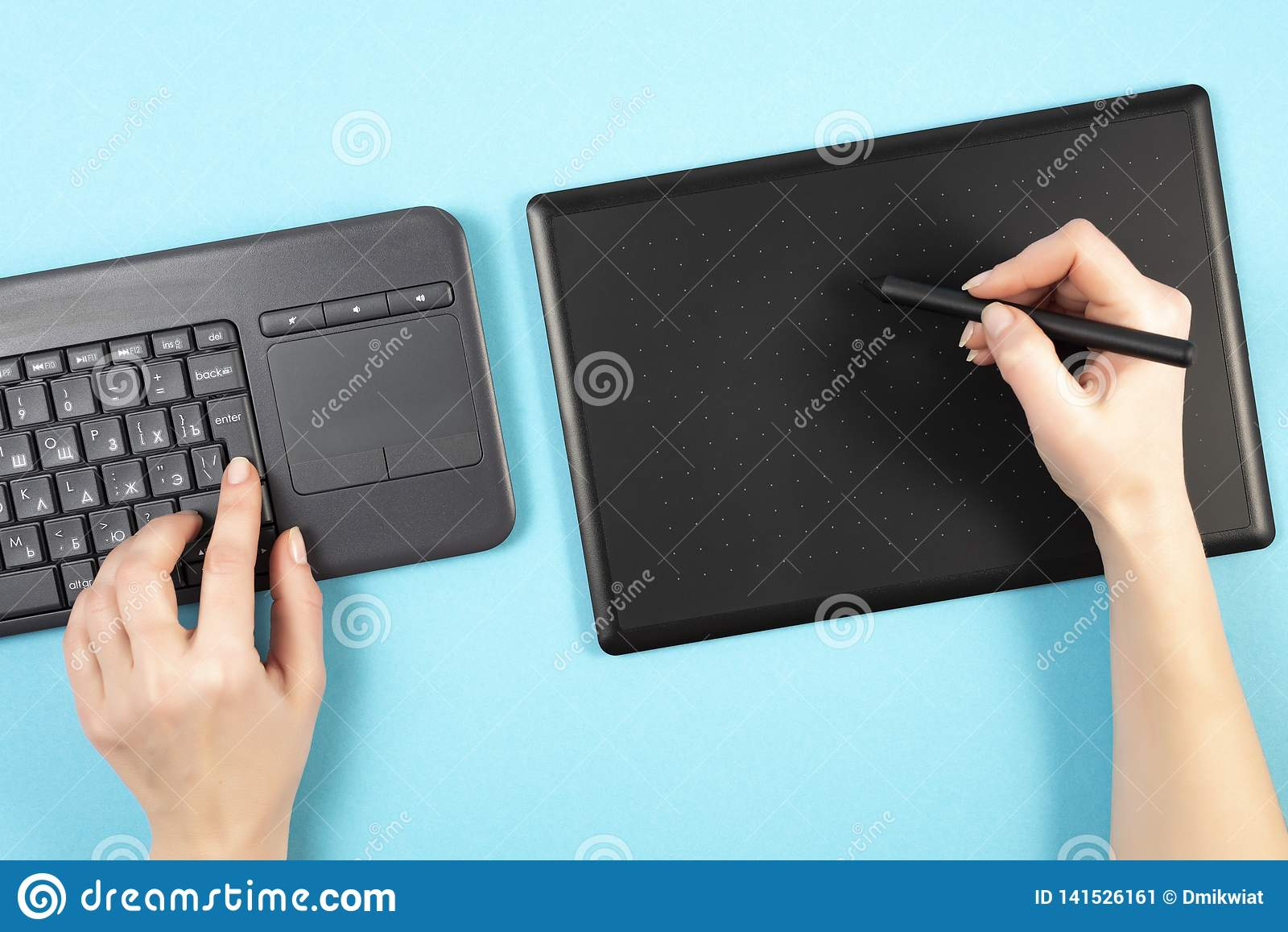 Ταμπλέτα και πληκτρολόγιο γραφικής παράστασης σε ένα μπλε υπόβαθρο Διάστημα για το κείμενο Πληκτρολόγιο