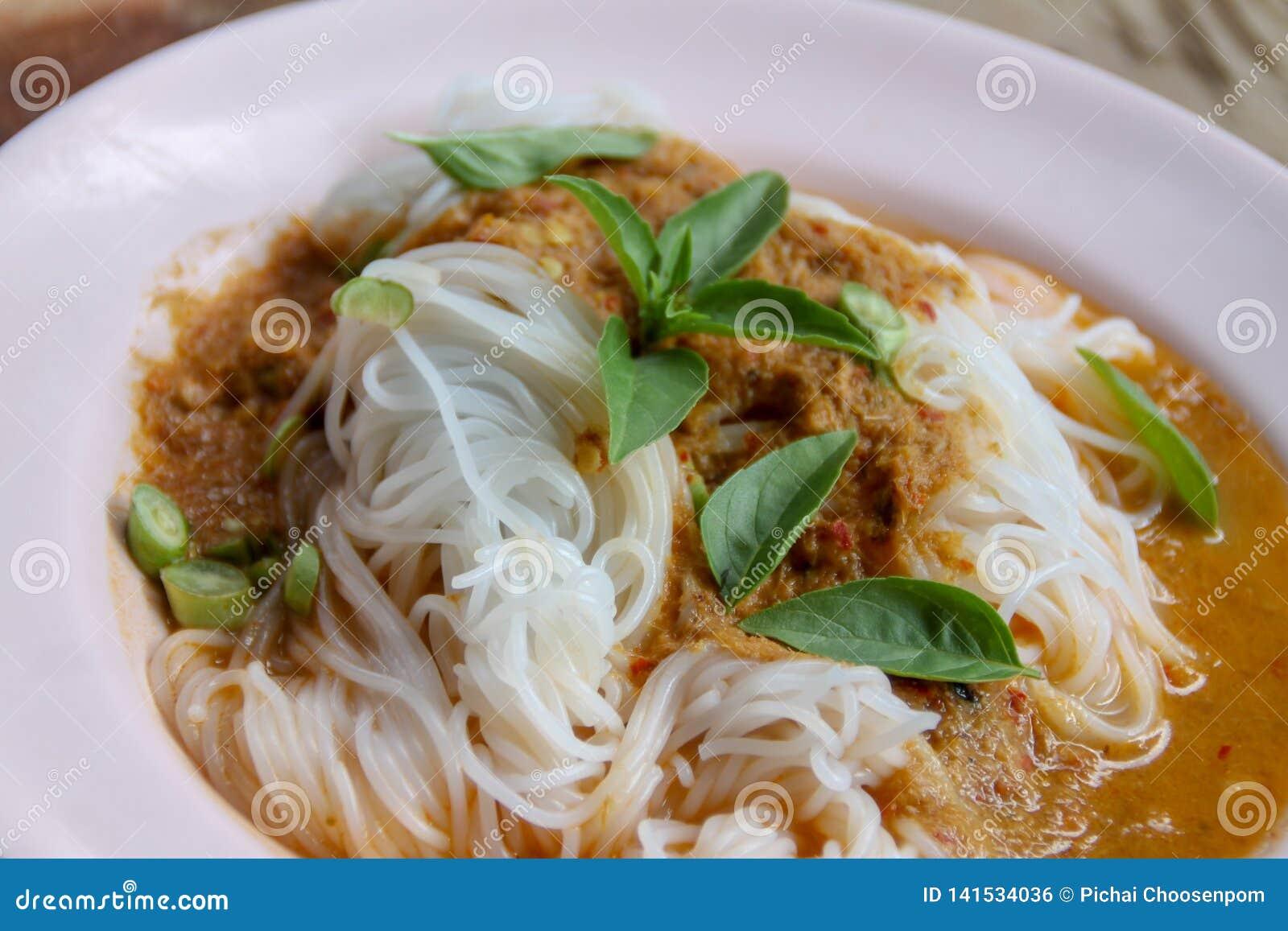 Ταϊλανδικό vermicelli ρυζιού ατμού με το κόκκινο κάρρυ και vetgetable