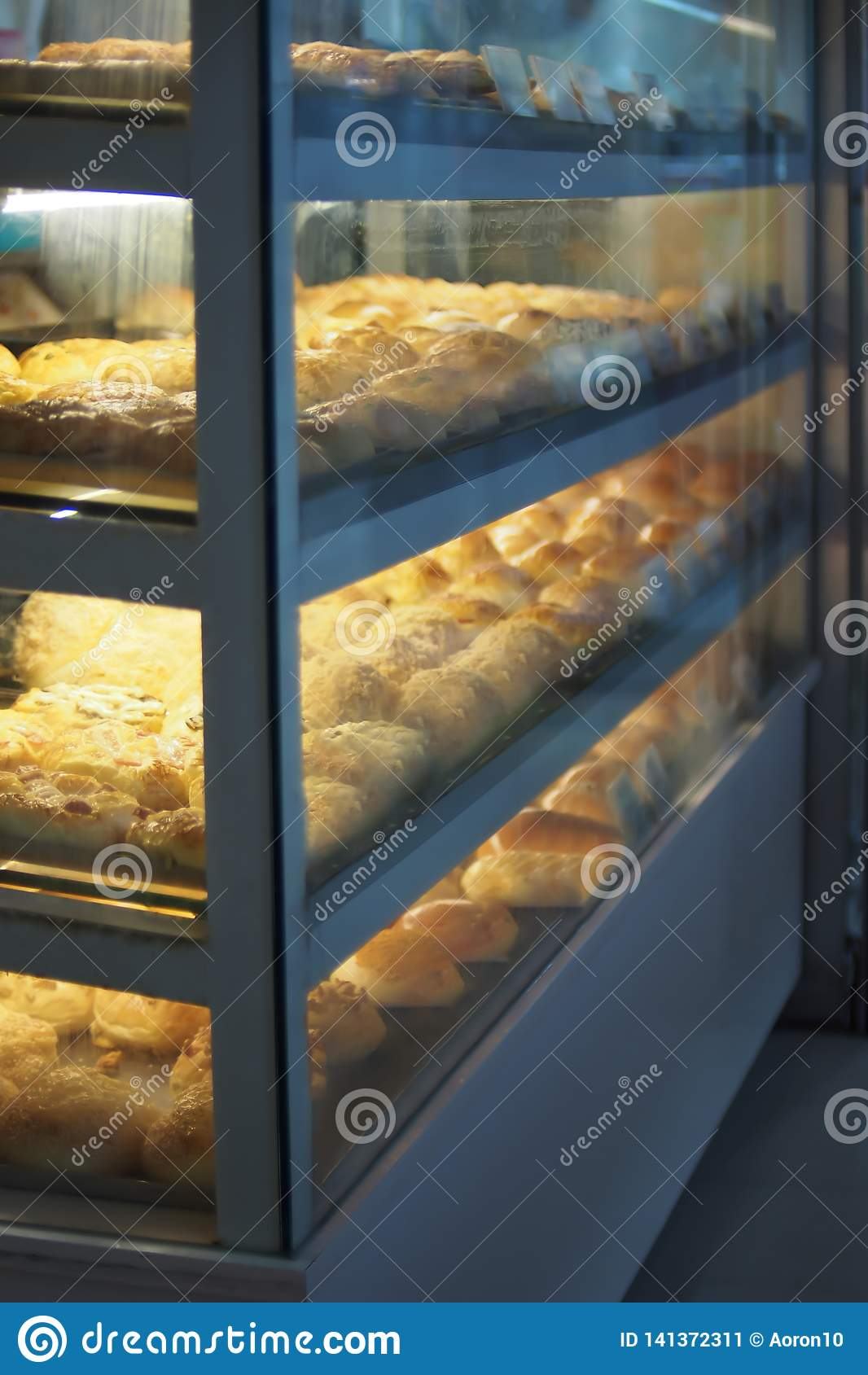 Τα είδη ψωμιών τακτοποιούνται για την πώληση στα γραφεία γυαλιού