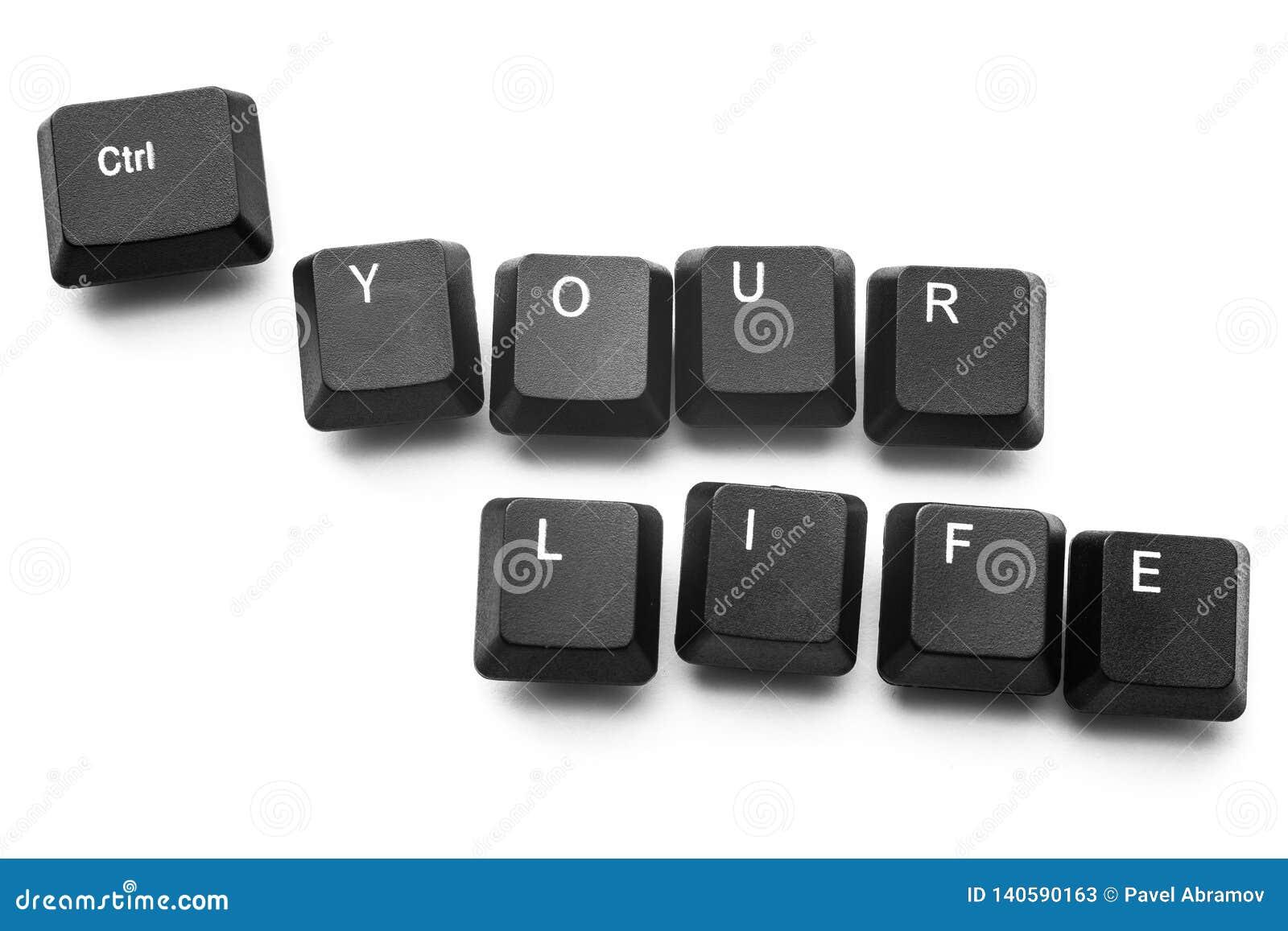 """Τα κουμπιά πληκτρολογίων για να γράψουν """"τον έλεγχο η ζωή σας """"απομονώνουν στο άσπρο υπόβαθρο"""