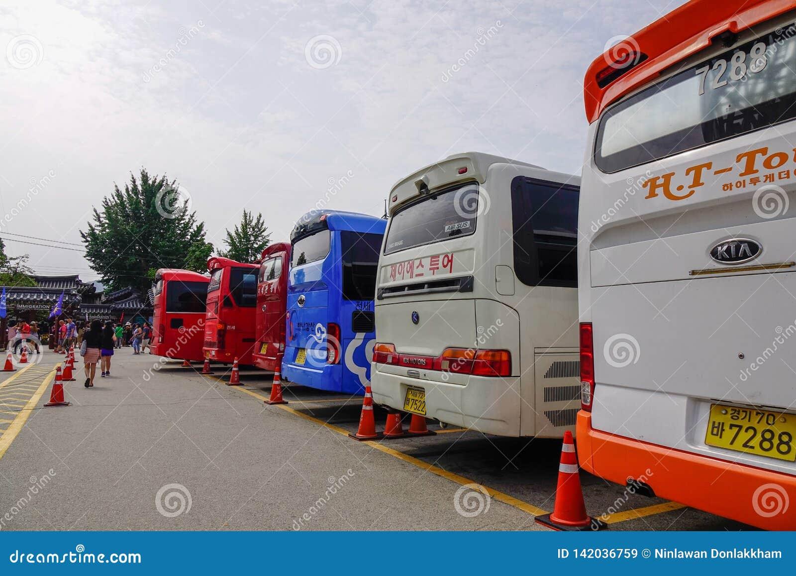 Τα λεωφορεία φέρνουν τους τουρίστες στο νησί Nami