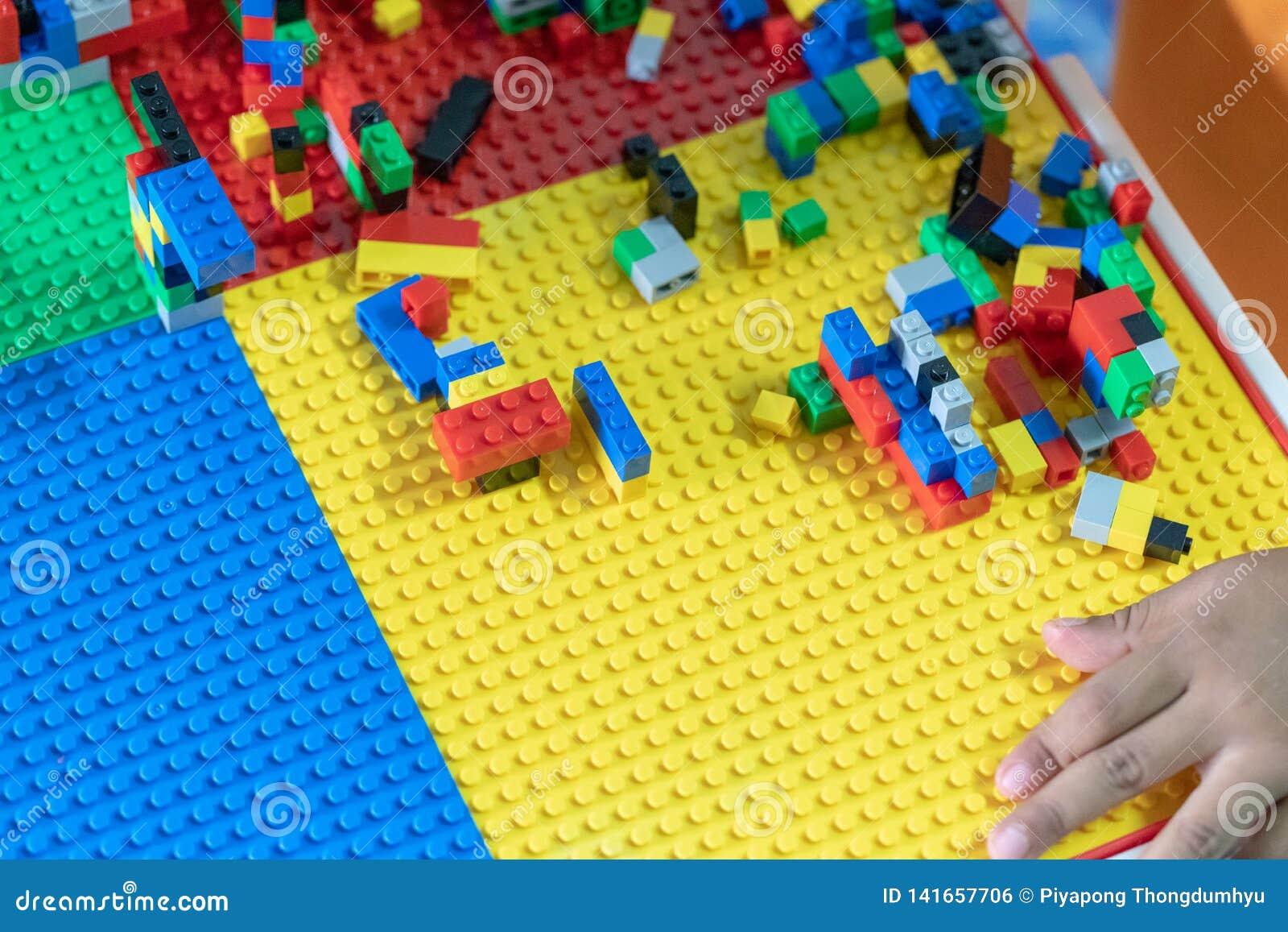 Τα μικρά παιδιά παίζουν τα παιχνίδια στη Βουλή