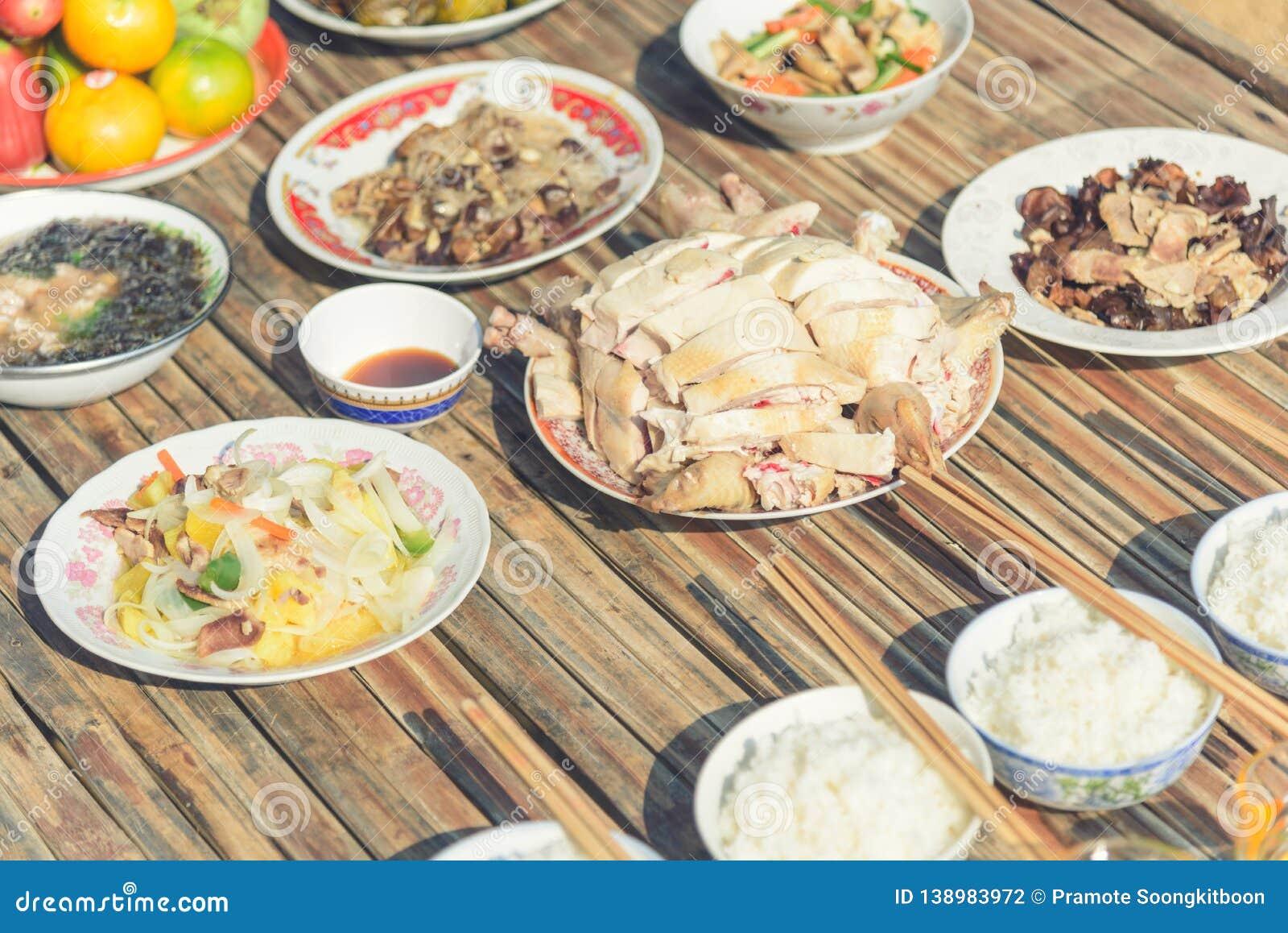 Τα τρόφιμα για κάνουν τις προσφορές στα πνεύματα στο κινεζικό νέο έτος