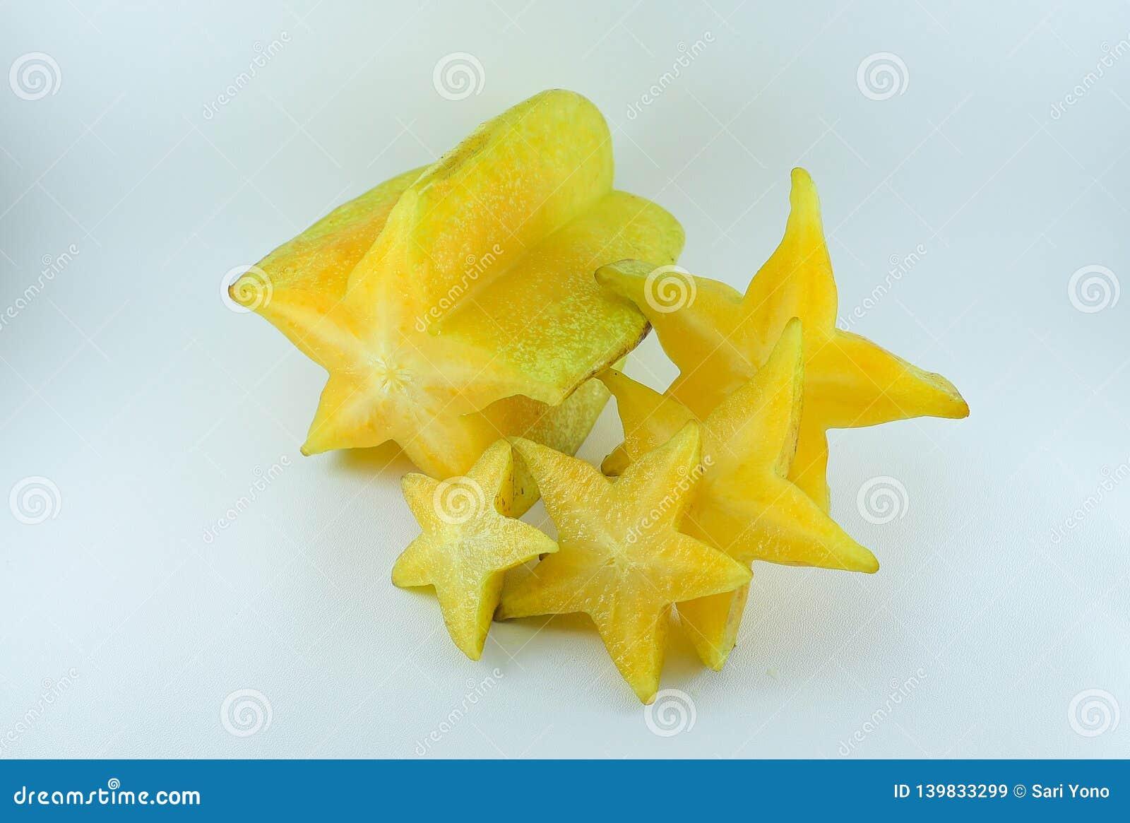 Τα φρούτα Carambola είναι ώριμα με τα κομμάτια που απομονώνονται σε ένα άσπρο υπόβαθρο