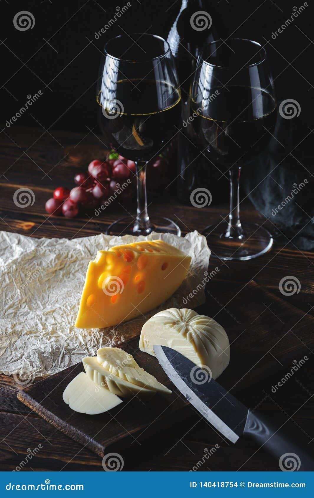 Τα χέρια κόβουν το τυρί στο κρασί