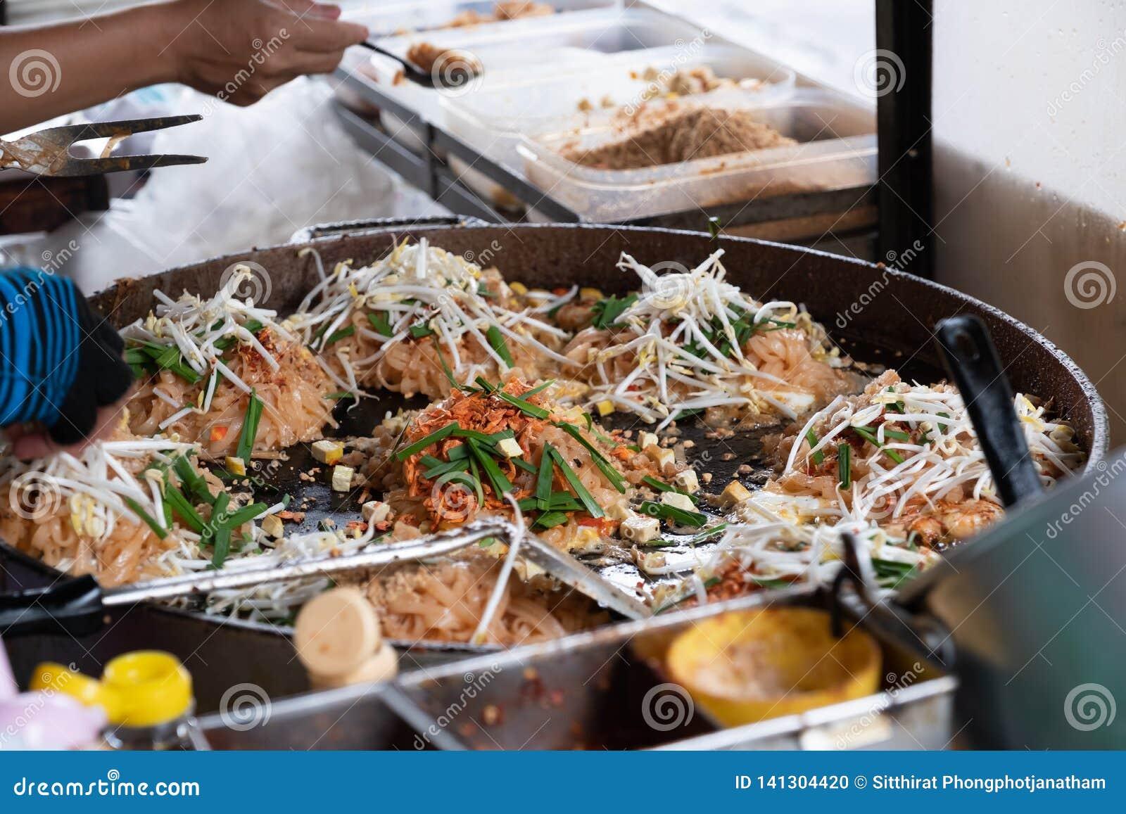 Της Ταϊλάνδης οδών τηγανισμένο τηγάνι νουντλς ύφους τροφίμων ταϊλανδικό