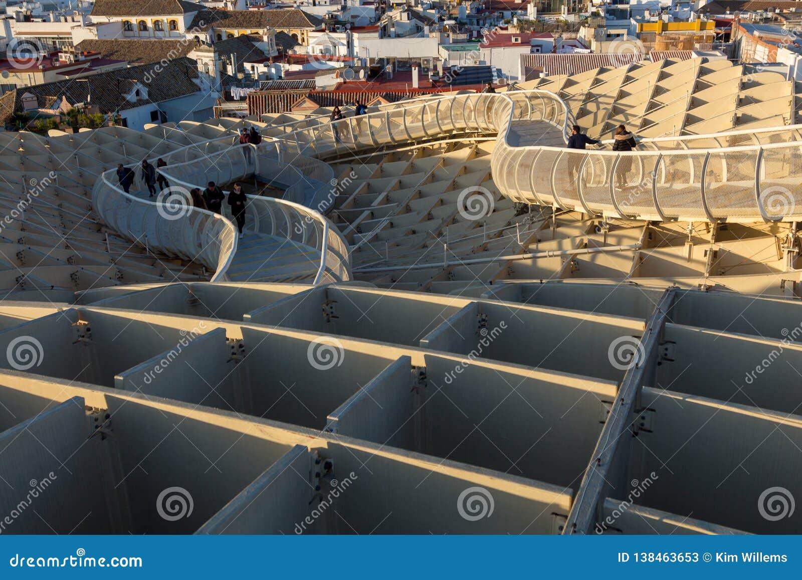 Τουρίστας που απολαμβάνει ένα ηλιοβασίλεμα από τα setas las στη Σεβίλη