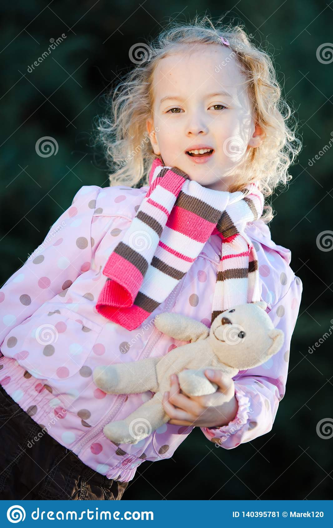 Τοποθέτηση κοριτσιών Teenaged με το teddy χρόνο φθινοπώρου αρκούδων - πορφυρό σακάκι σημείων