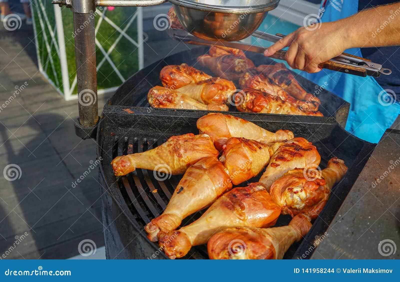 Το κρέας είναι μαγειρευμένο ψημένος στη σχάρα Σχάρα στους άνθρακες