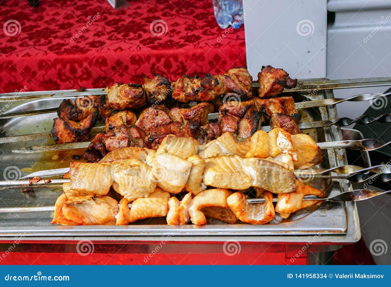 Το κρέας που μαγειρεύεται στη σχάρα είναι σε έναν δίσκο μετάλλων