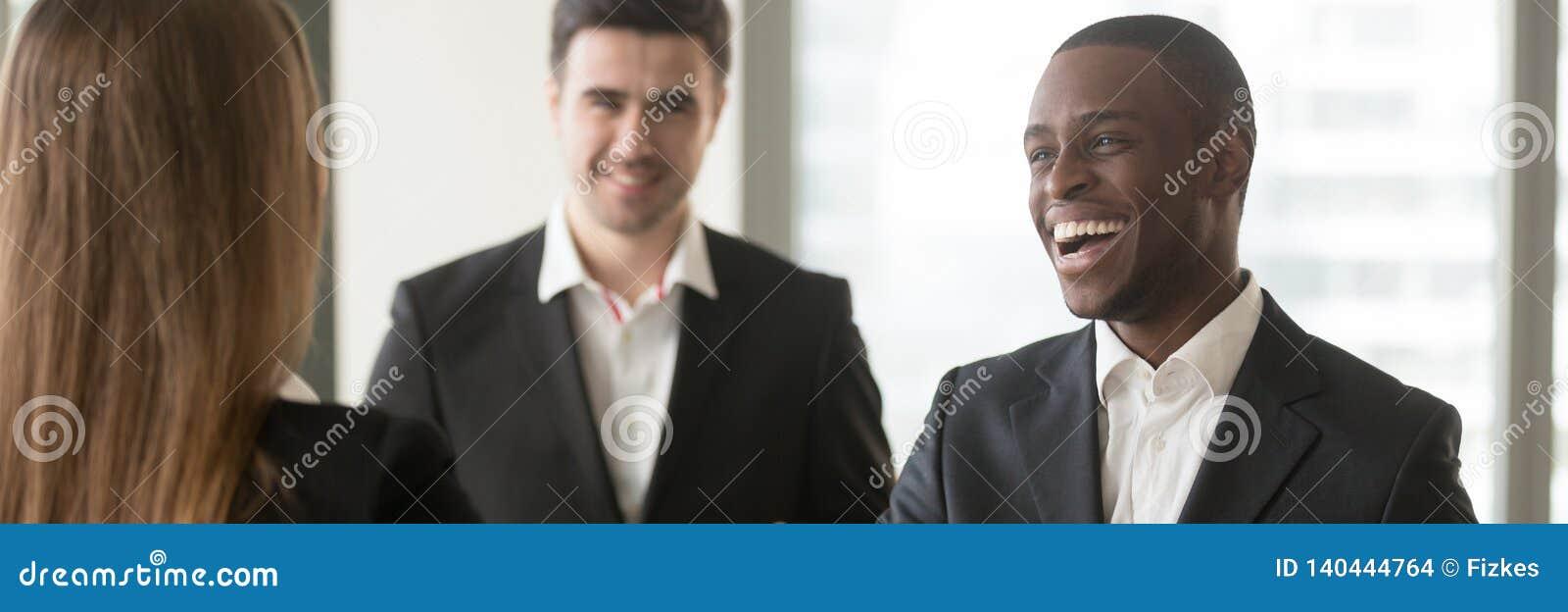 Το οριζόντιο διαφορετικό πολυφυλετικό businesspeople εικόνας που εξοικειώνεται συναντιέται στο γραφείο
