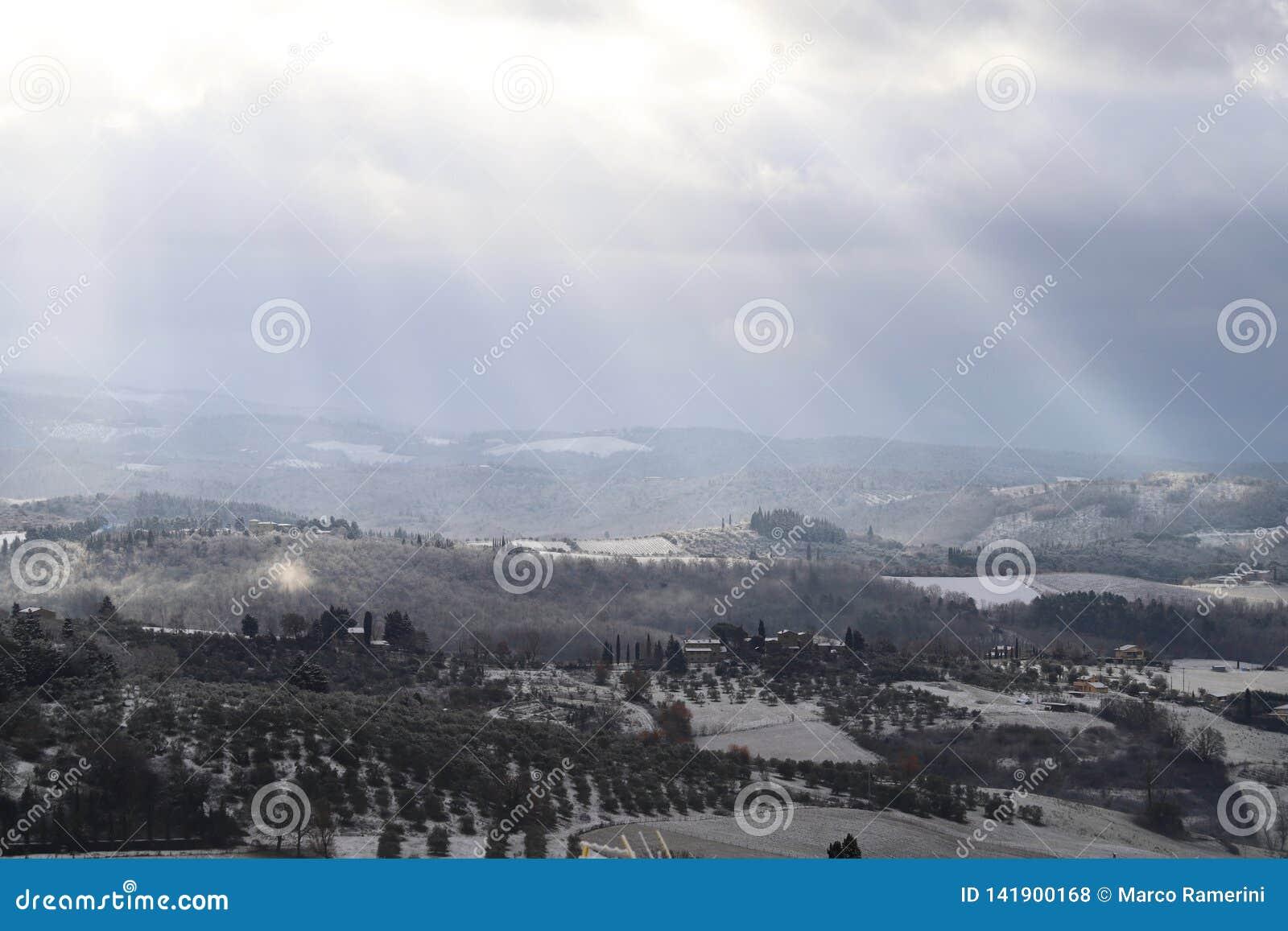 Το τοπίο Chianti στους Tuscan λόφους μετά από χειμερινές χιονοπτώσεις, Ιταλία