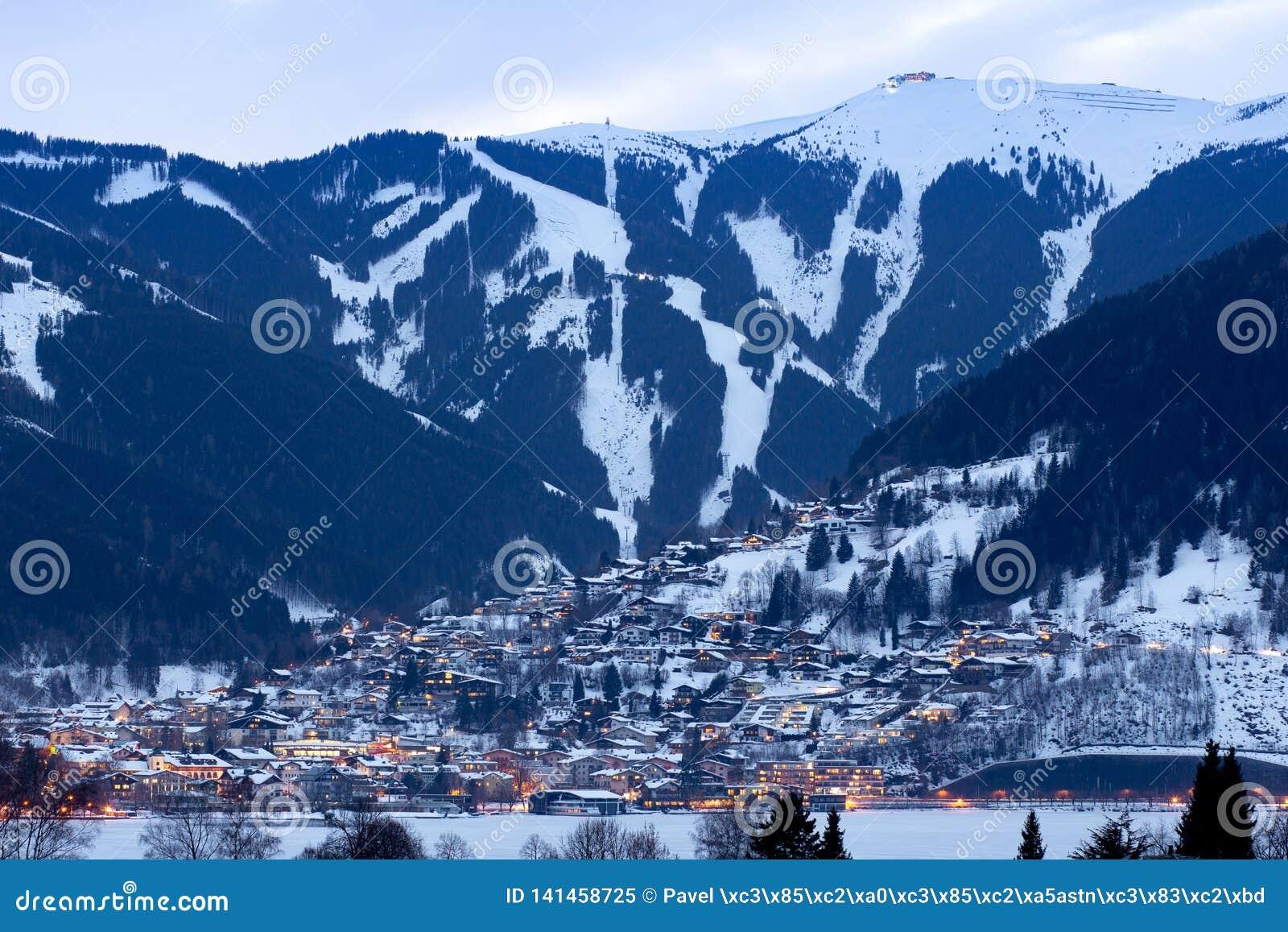 Το χειμερινό πανόραμα Zell AM βλέπει την πόλη με τις κλίσεις και τα βουνά σκι που καλύπτονται στο χιόνι Διάσημο χιονοδρομικό κέντ