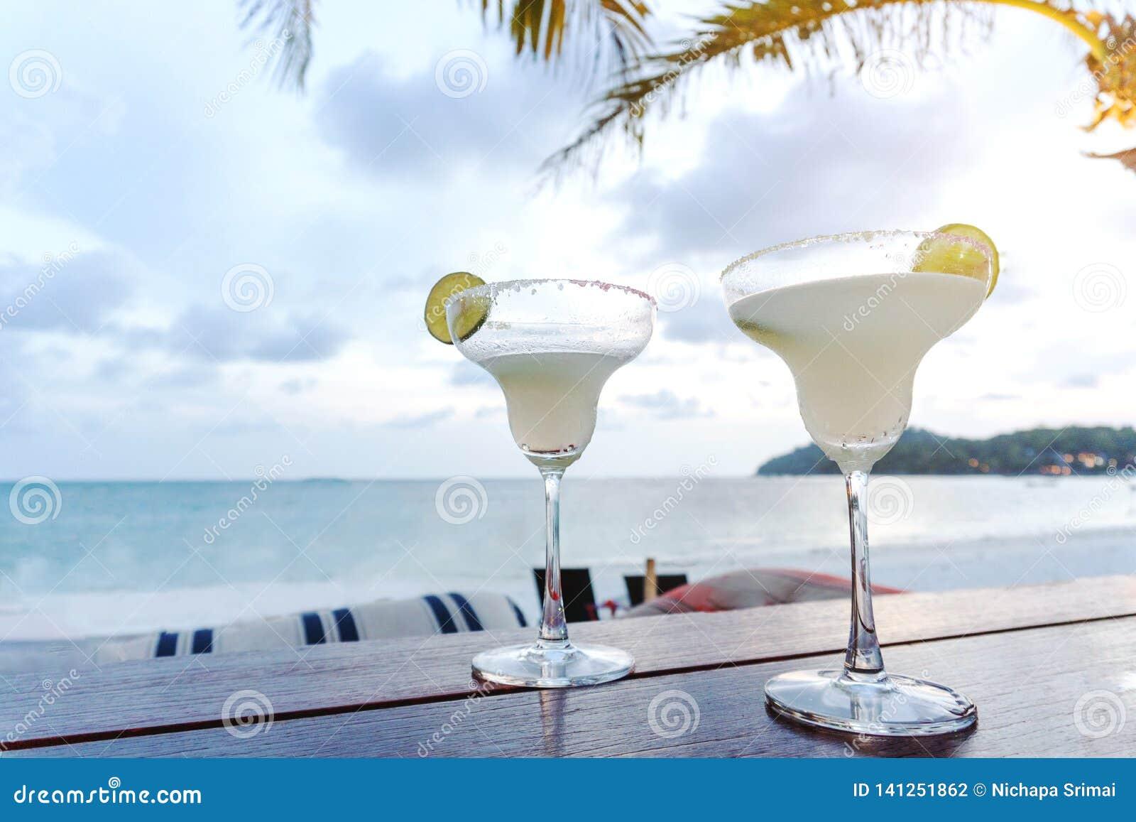 Το παγωμένο ποτήρι του κοκτέιλ βότκας στην παραλία