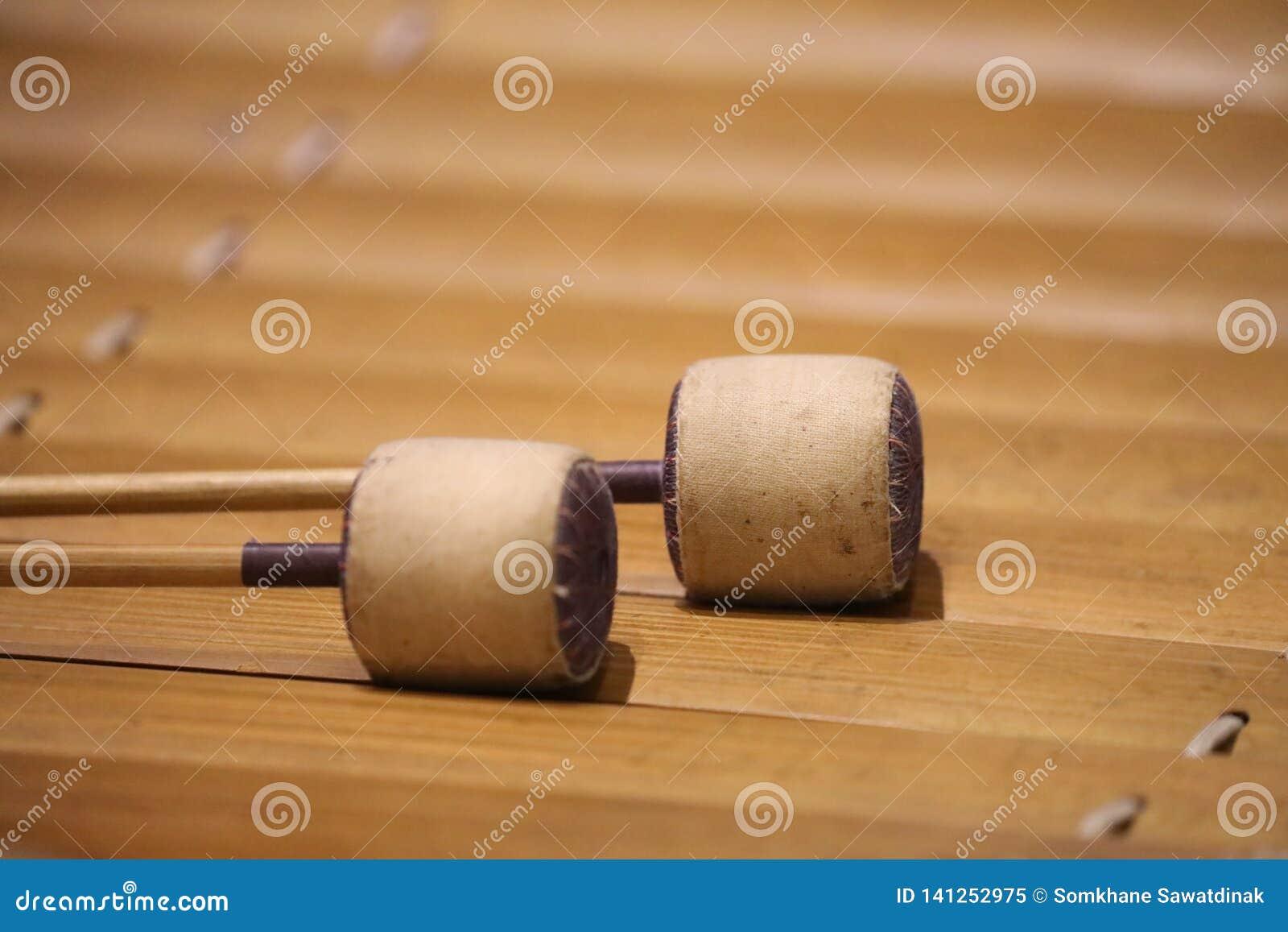 Το xylophone είναι ένα μουσικό όργανο στην οικογένεια κρούσης που αποτελείται από τους ξύλινους φραγμούς
