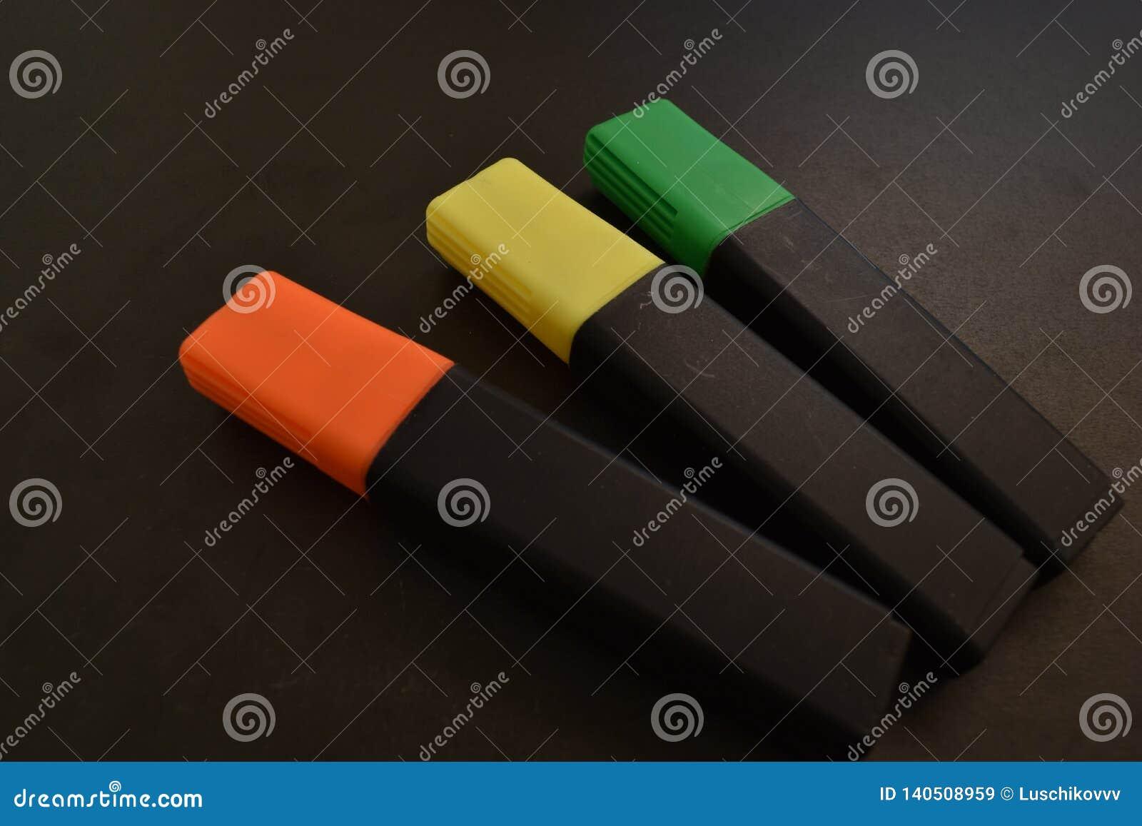 Τρεις δείκτες σε ένα μαύρο υπόβαθρο