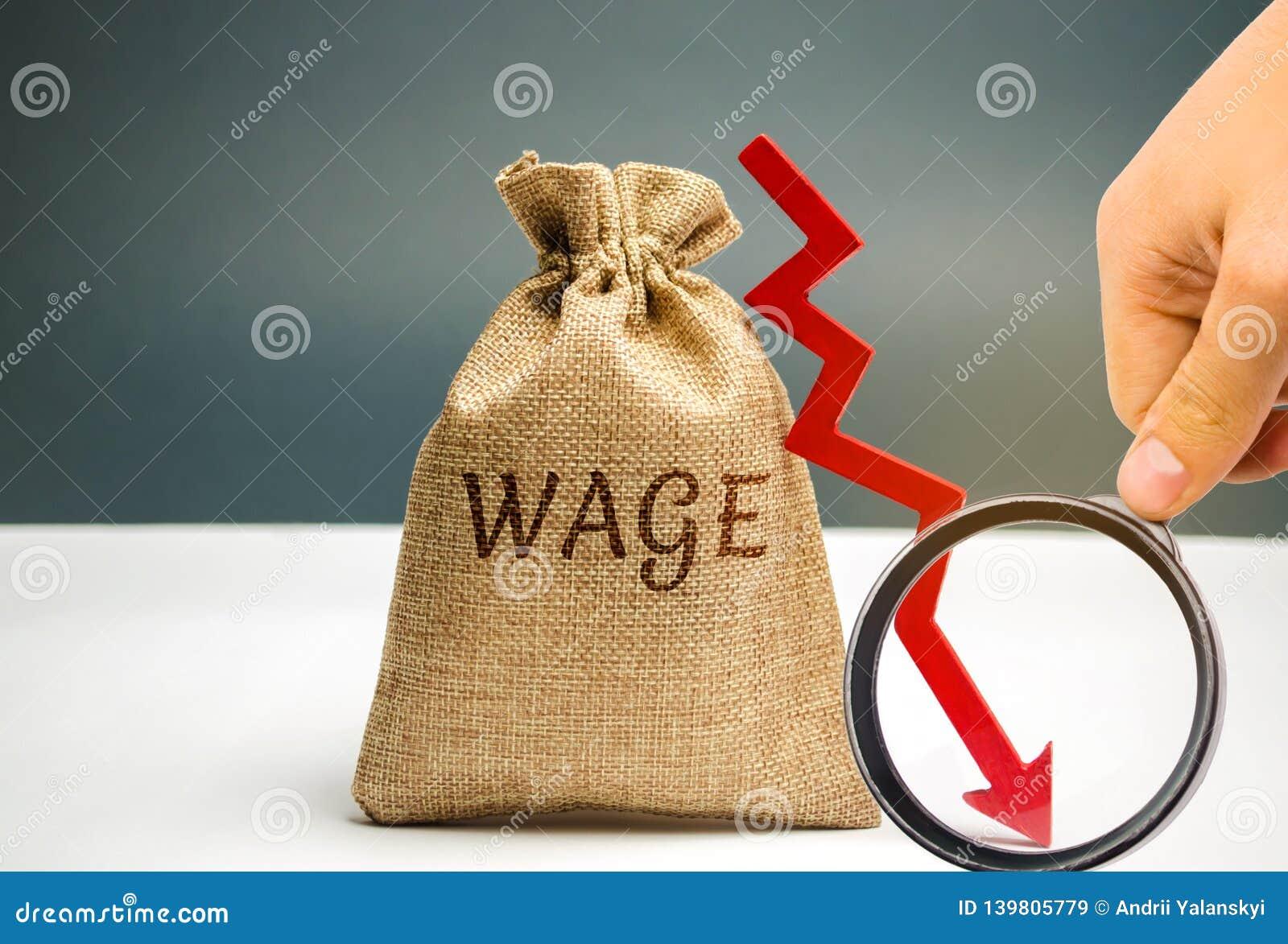 Τσάντα με τα χρήματα και την αμοιβή λέξης και ένα κόκκινο κάτω από το βέλος Μείωση μισθών Πτώση στα κέρδη μειωμένο οικονομικό ποσ