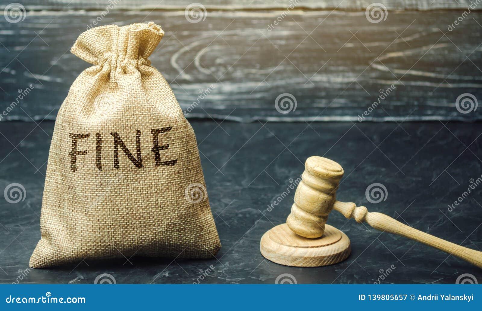 Τσάντα χρημάτων με το πρόστιμο λέξης και το σφυρί του δικαστή Ποινική ρήτρα ως τιμωρία για ένα έγκλημα και μια παράβαση Οικονομικ