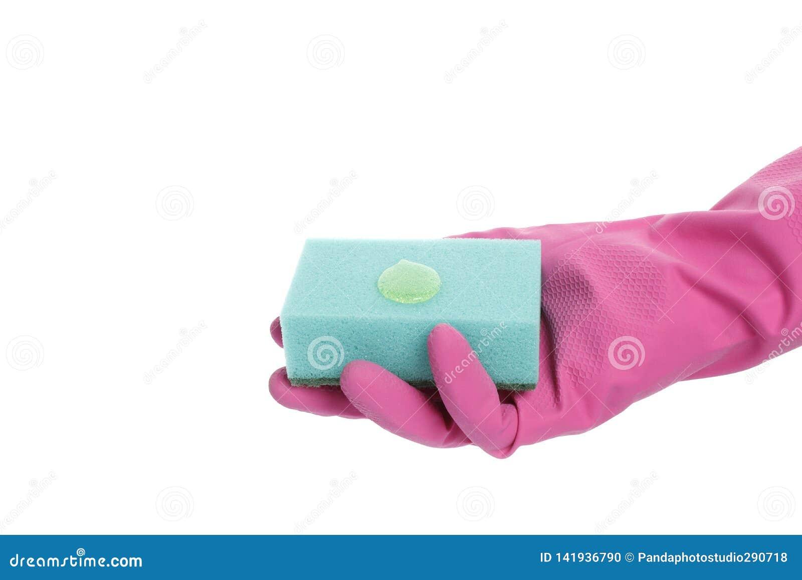 Φορημένο γάντια χέρι που κρατά ένα σφουγγάρι απομονωμένο στο άσπρο υπόβαθρο