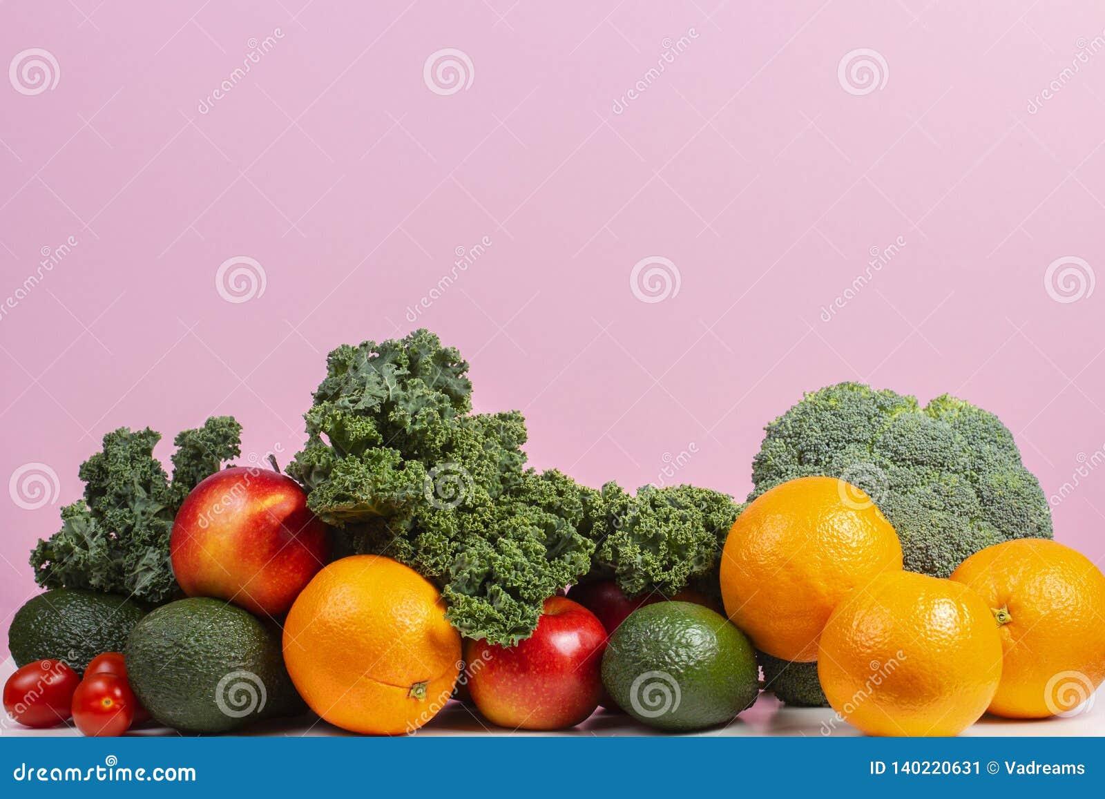 Φρέσκα ακατέργαστα λαχανικά και φρούτα Υγιές υπόβαθρο κατανάλωσης με το πορτοκάλι, μήλα, κατσαρό λάχανο, μπρόκολο, πορτοκάλι, ντο