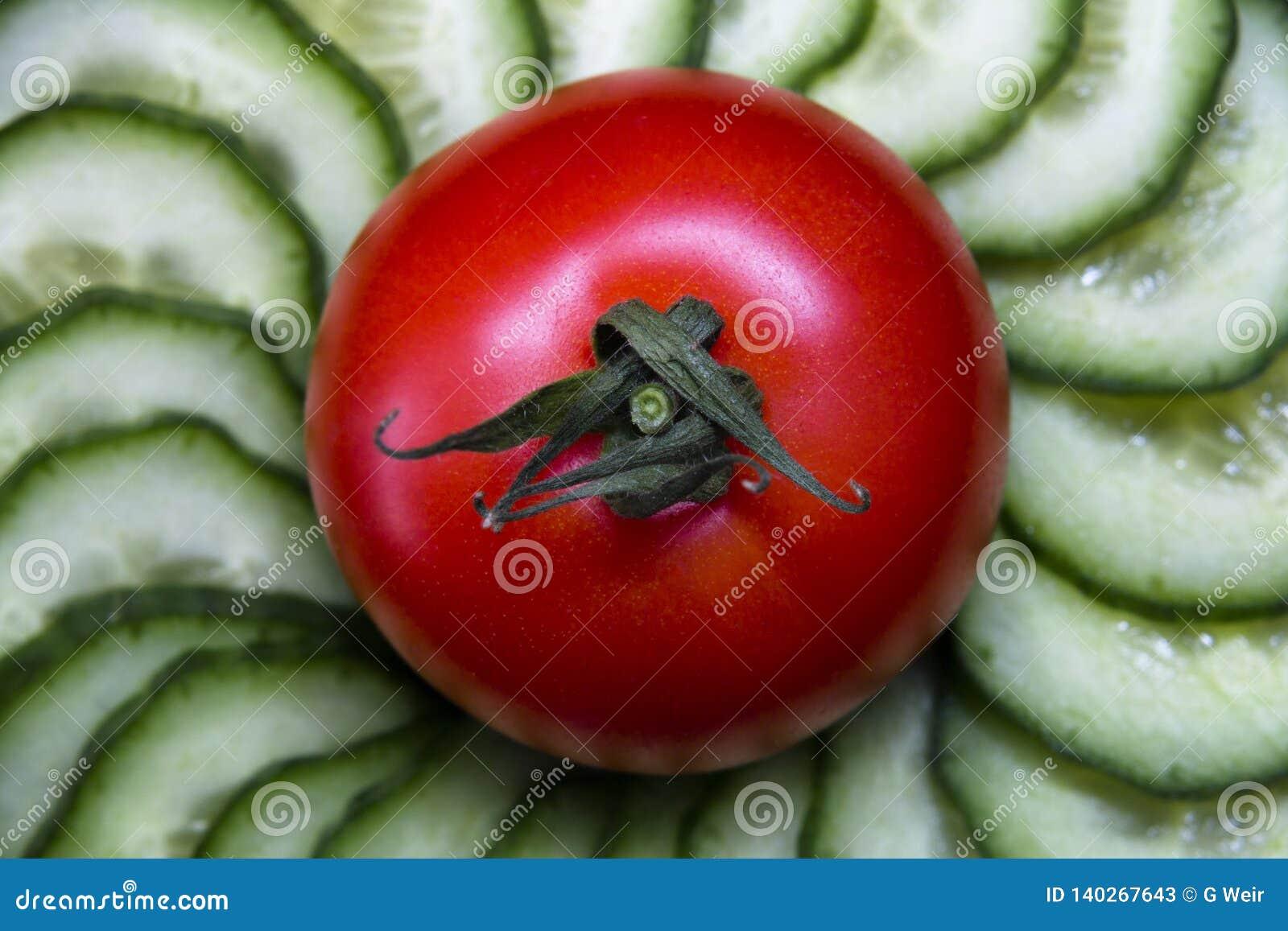 Φρέσκα ντομάτες και αγγούρια λαχανικών σαλάτας