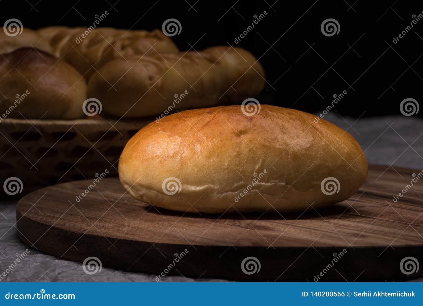 Φρέσκα σπιτικά burger κουλούρια ψωμιού στο σκοτεινό ξύλινο υπόβαθρο