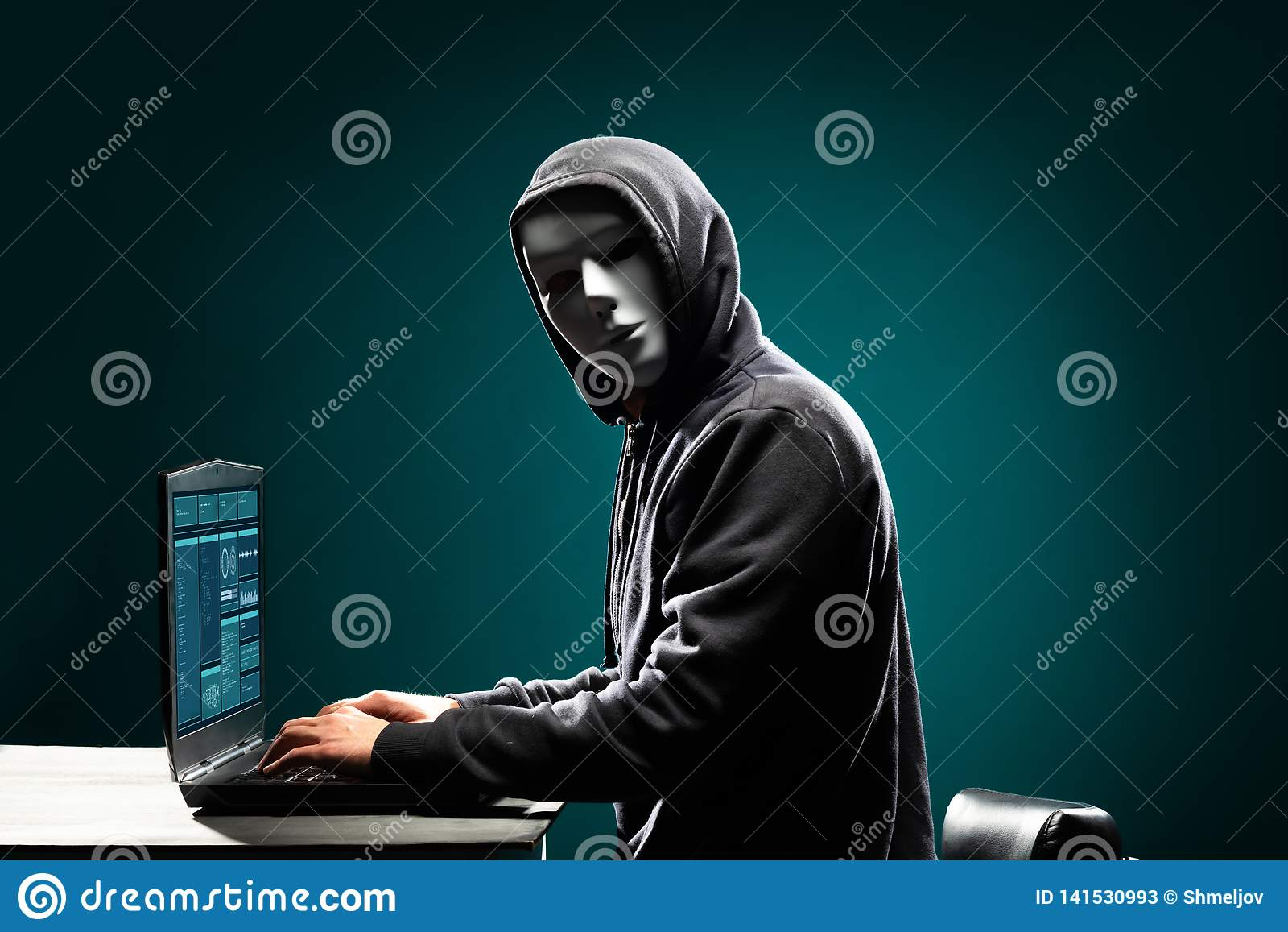 Χάκερ υπολογιστών στην άσπρη μάσκα και hoodie Κρυμμένο σκοτεινό πρόσωπο Κλέφτης στοιχείων, απάτη Διαδικτύου, darknet και cyber ασ