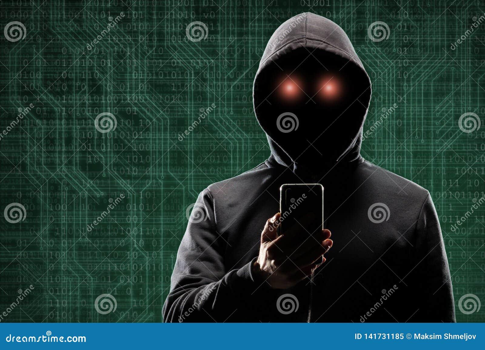 Χάκερ υπολογιστών στη μάσκα και hoodie πέρα από το αφηρημένο δυαδικό υπόβαθρο Κρυμμένο σκοτεινό πρόσωπο Κλέφτης στοιχείων, απάτη