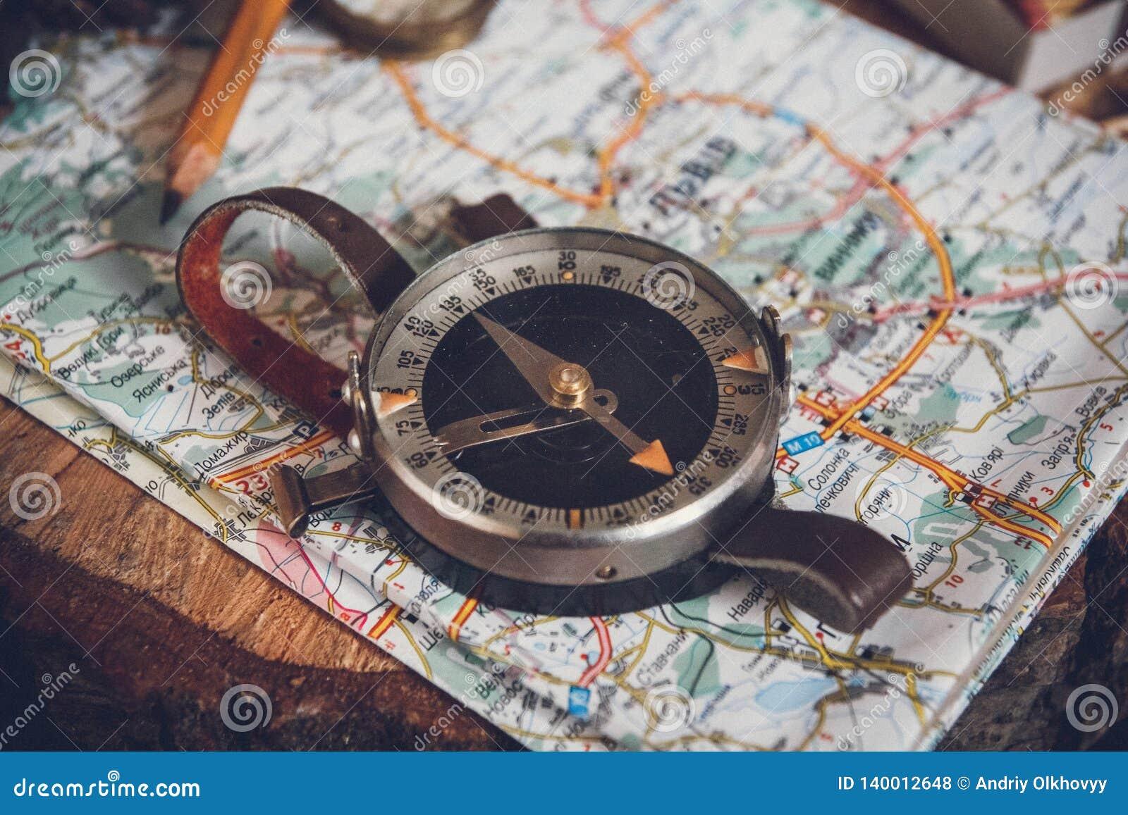 Χάρτης με την πυξίδα Απλά εργαλεία ναυσιπλοΐας για να προσανατολίσει στον κόσμο