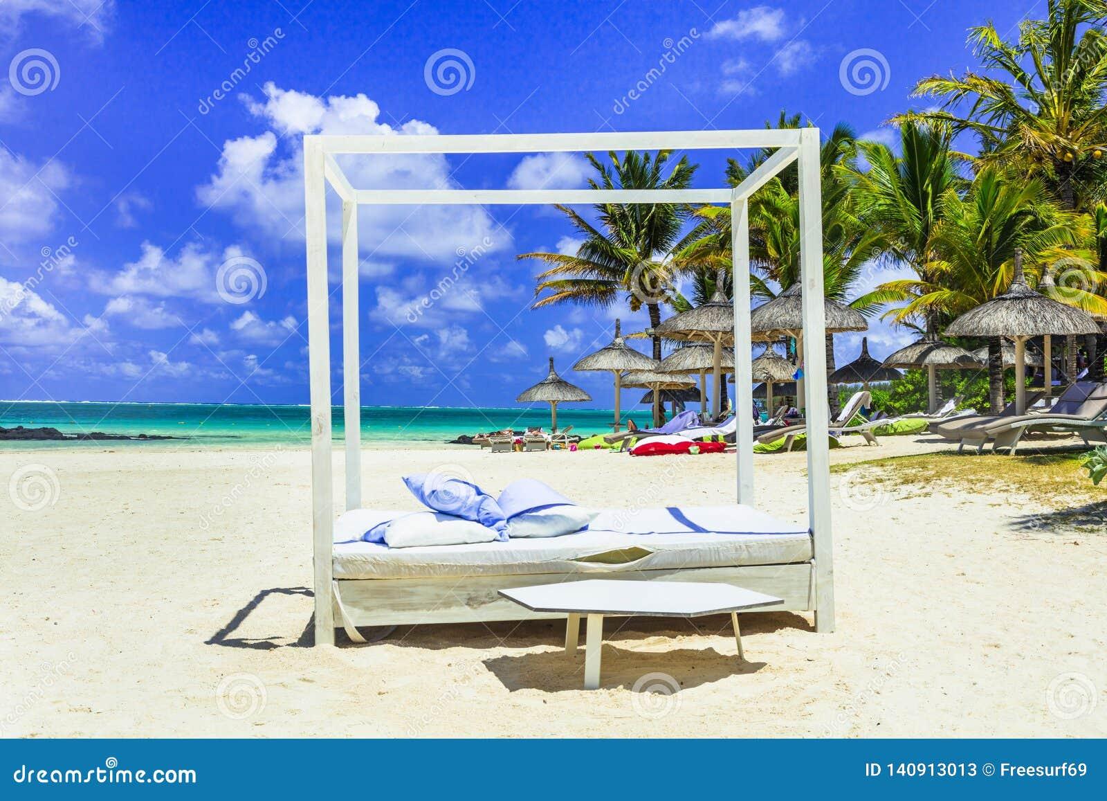 Χαλαρώνοντας τροπικές διακοπές άσπρη αμμώδης φοράδα κουδουνιών παραλιών στο νησί του Μαυρίκιου