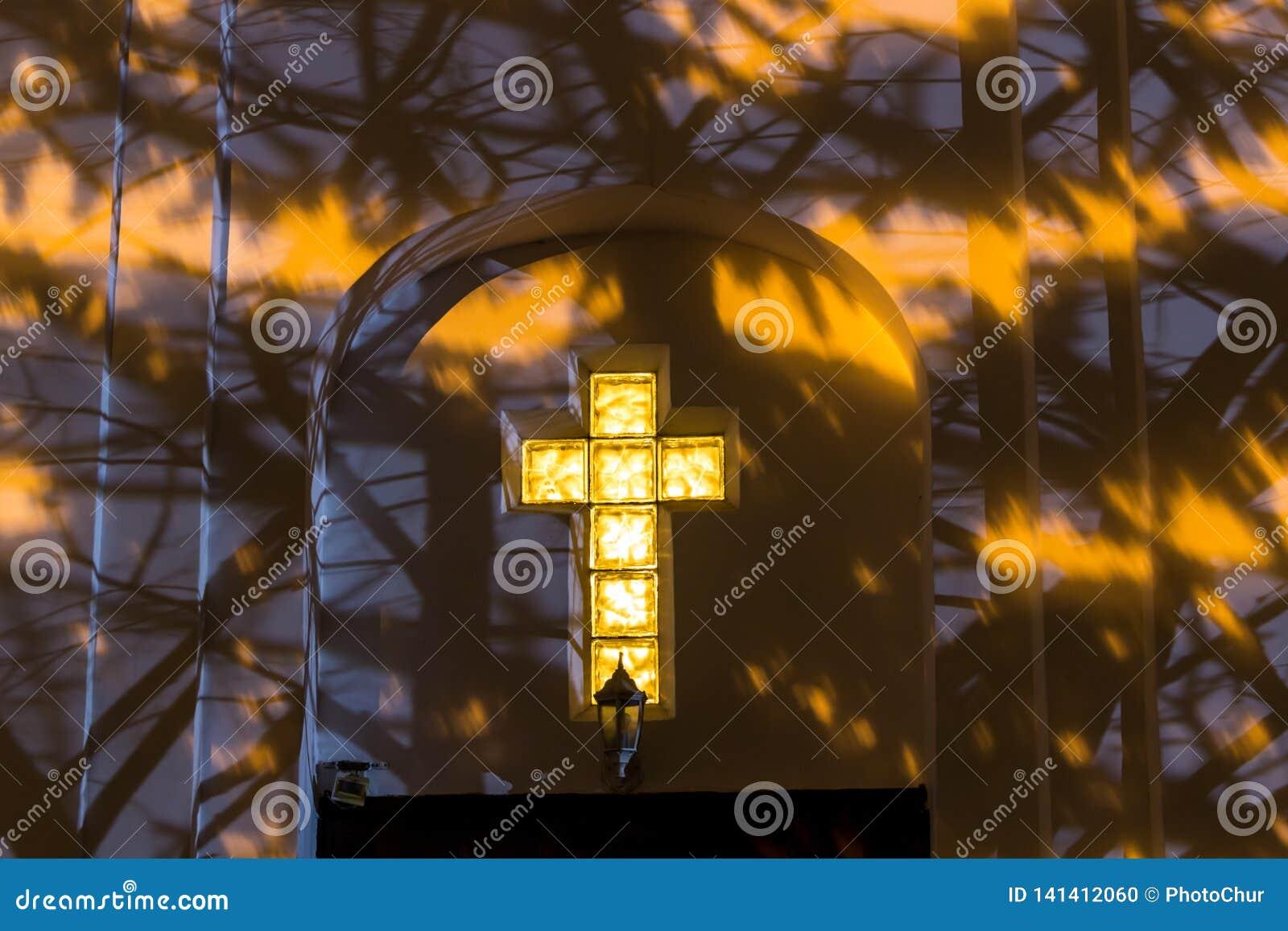 Χριστιανικός σταυρός στην πρόσοψη της εκκλησίας τη νύχτα