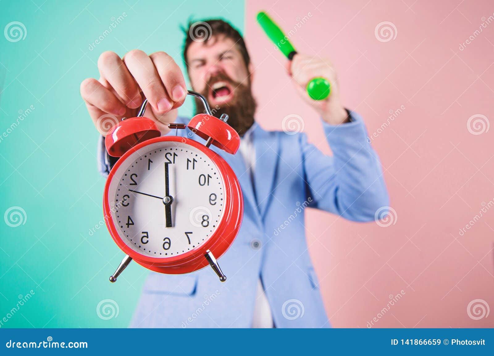 Χρονικές διαχείριση και πειθαρχία Πειθαρχία και κυρώσεις Κύριο επιθετικό ξυπνητήρι λαβής προσώπου Καταστρέψτε ή κλείστε