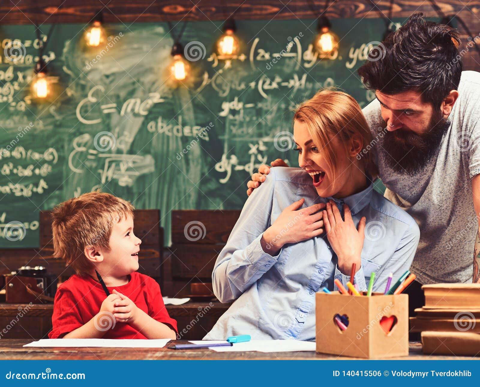 Χρώμα παιδιών με το χαμόγελο γυναικών και ανδρών Παιδί και ευτυχές οικογενειακό σχέδιο, δημιουργικότητα και ανάπτυξη
