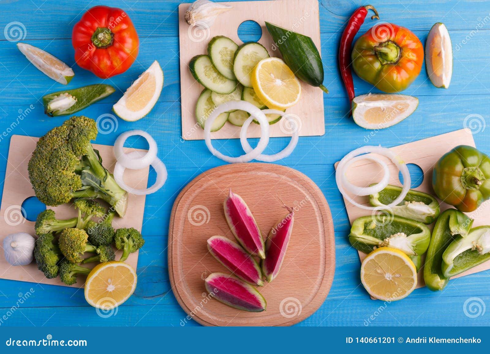 Υγιής φωτογραφία στούντιο υποβάθρου κατανάλωσης των διαφορετικών φρούτων και λαχανικών στον παλαιό ξύλινο πίνακα