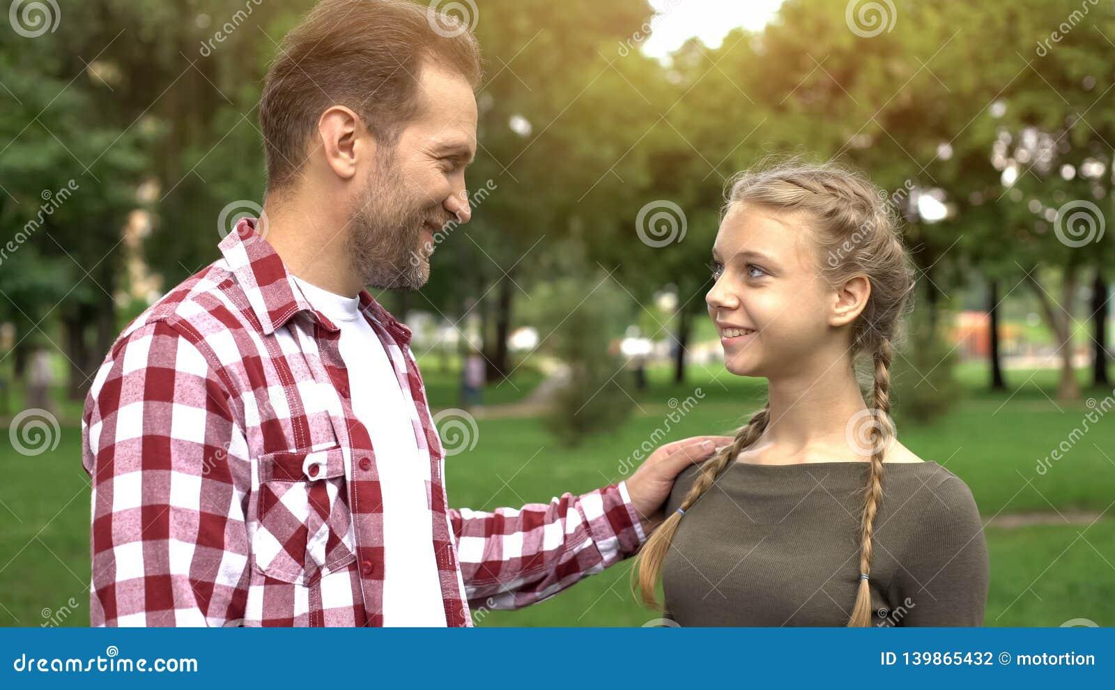 Υπερήφανος πατέρας που εξετάζει την κόρη, που συγχαίρει με την πανεπιστημιακή είσοδο, επιτυχία