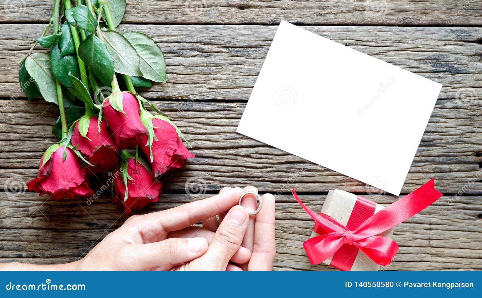 Υπόβαθρο ημέρας βαλεντίνου με τα κόκκινα τριαντάφυλλα
