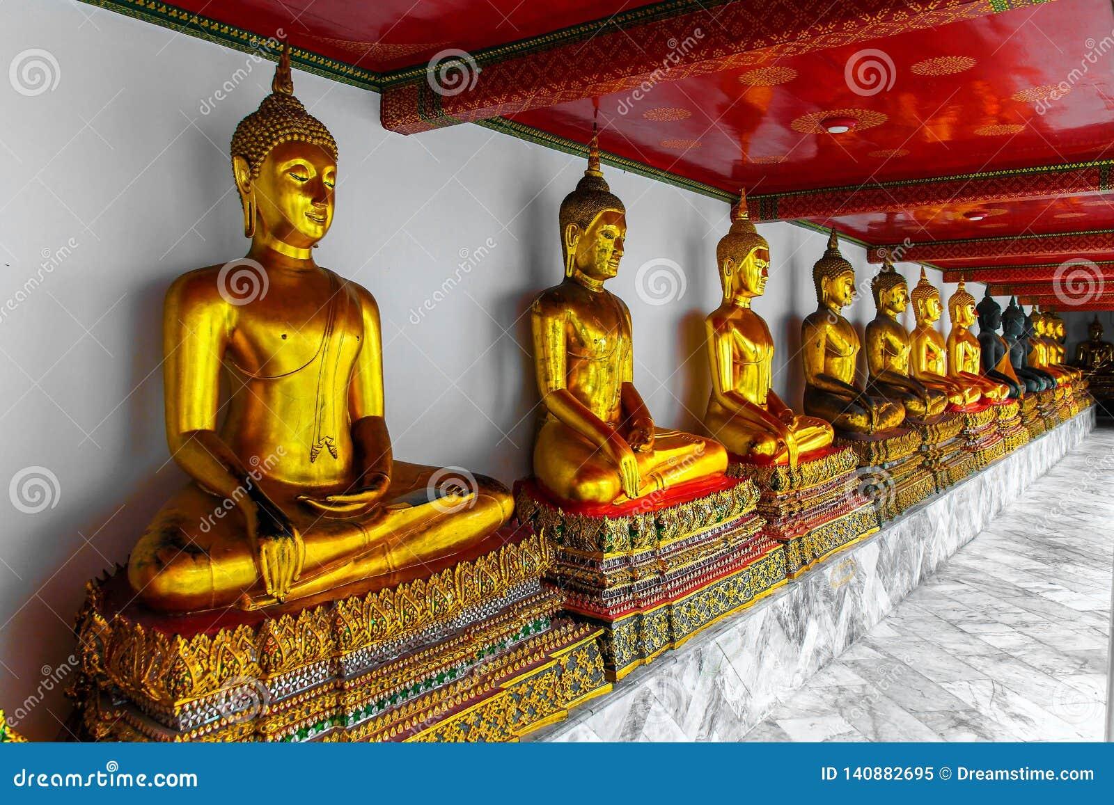 Υπόλοιπος κόσμος των χρυσών buddhas στο ναό του ξαπλώνοντας Βούδα, Μπανγκόκ, Ταϊλάνδη