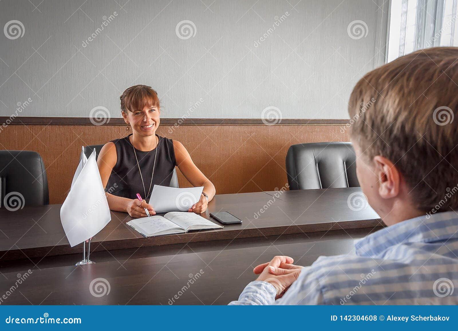 Παίρνει συνέντευξη από κατά ισχύων για μια εργασία στο γραφείο