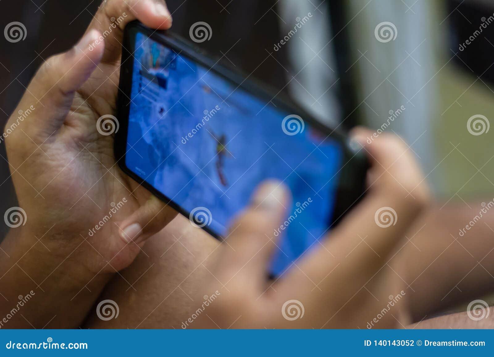 Παιδί που χρησιμοποιεί το πρότυπο κοίταγμα κατάχρησης τεχνολογίας παιδιών εθισμού smartphone