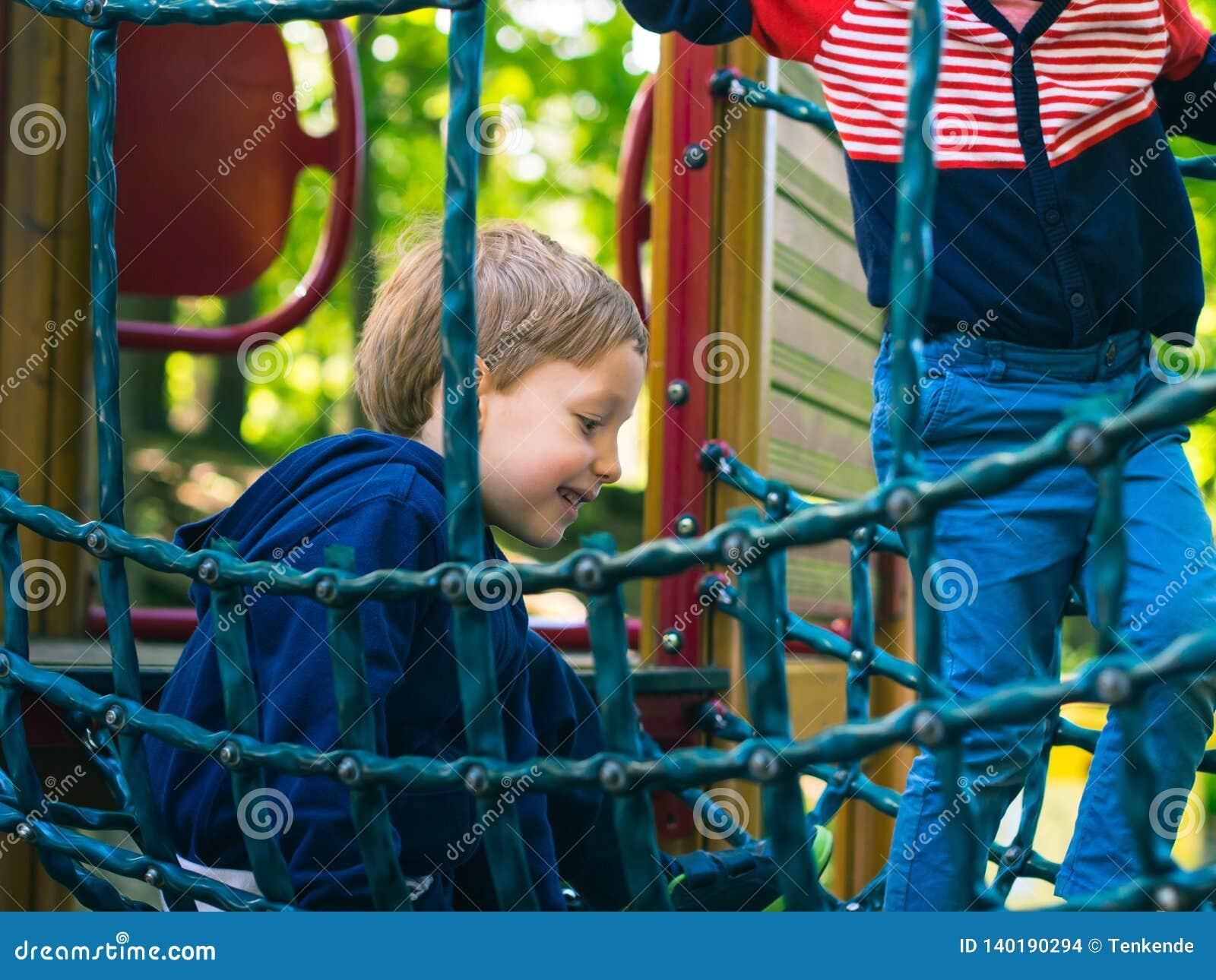 Παιχνίδι μικρών παιδιών σε μια παιδική χαρά _