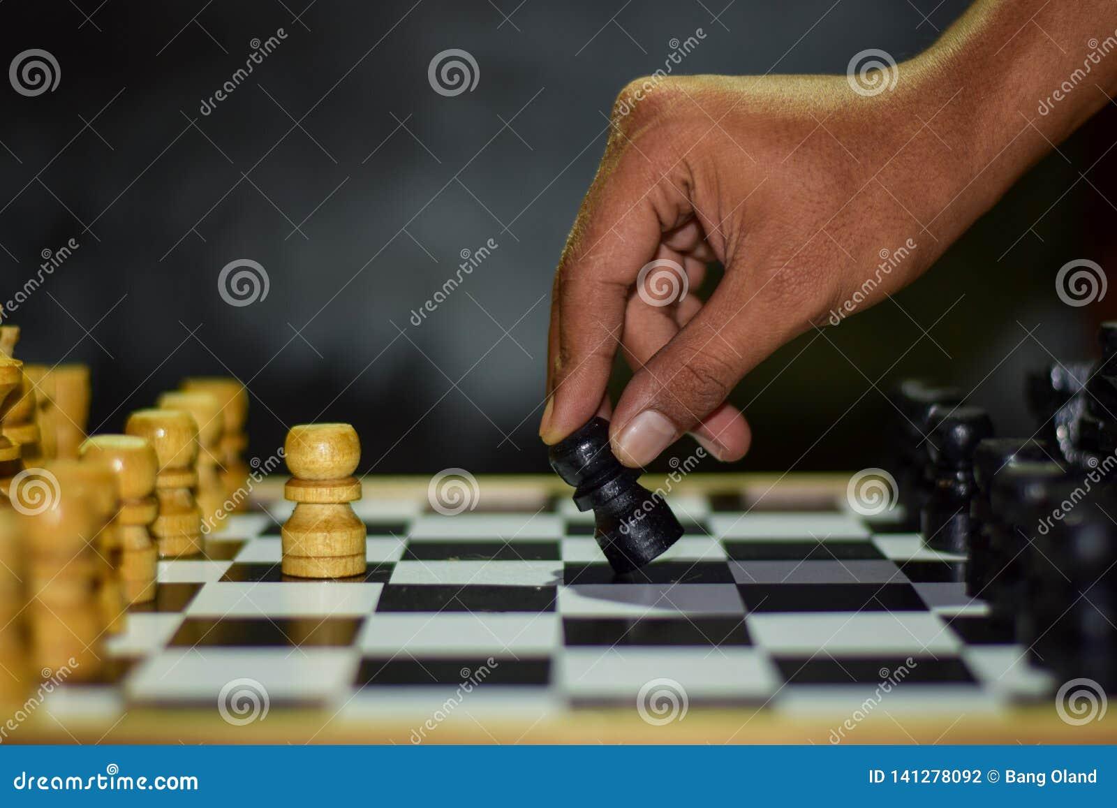 Παιχνίδι σκακιού για τις ιδέες και τον ανταγωνισμό και τη στρατηγική Φωτογραφισμένος σε μια σκακιέρα