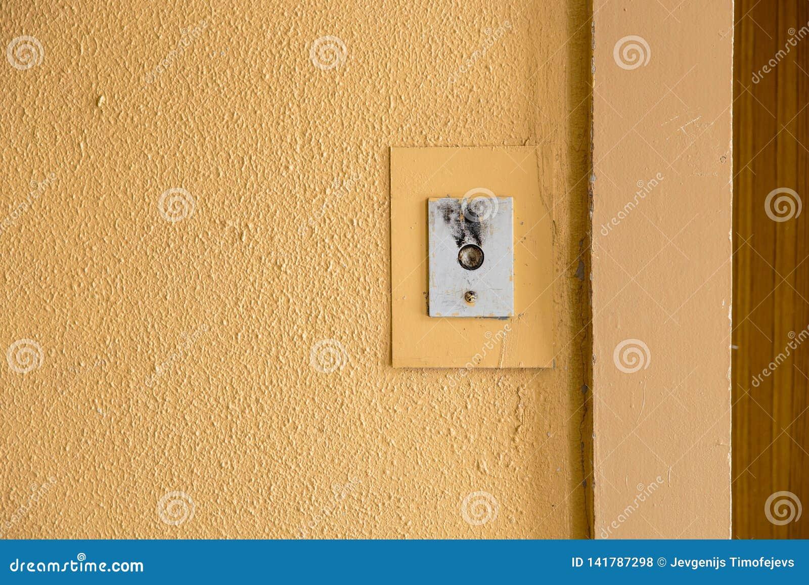 Παλαιό κουμπί κλήσης ανελκυστήρων με το βρώμικο σχέδιο σε ένα σοβιετικό κτήριο στην μετα-σοβιετική Ρήγα, Λετονία