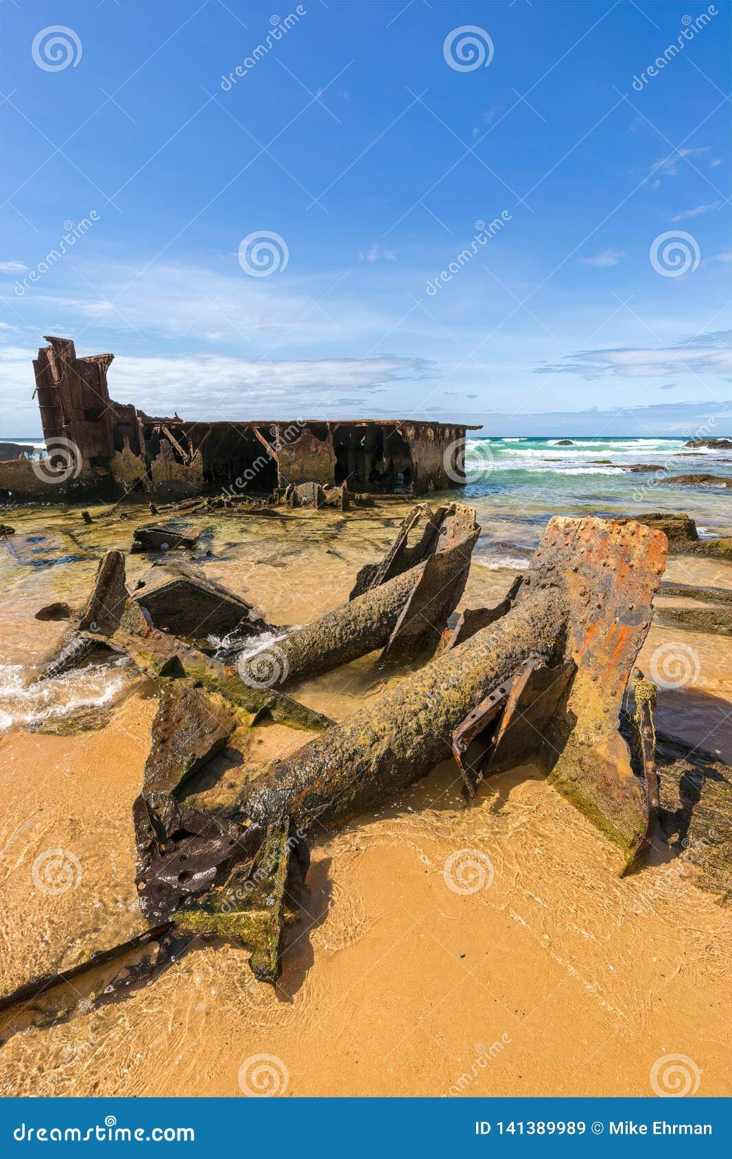 Παλαιό ναυάγιο ακτών με το οξυδωμένο χαλυβουργείο